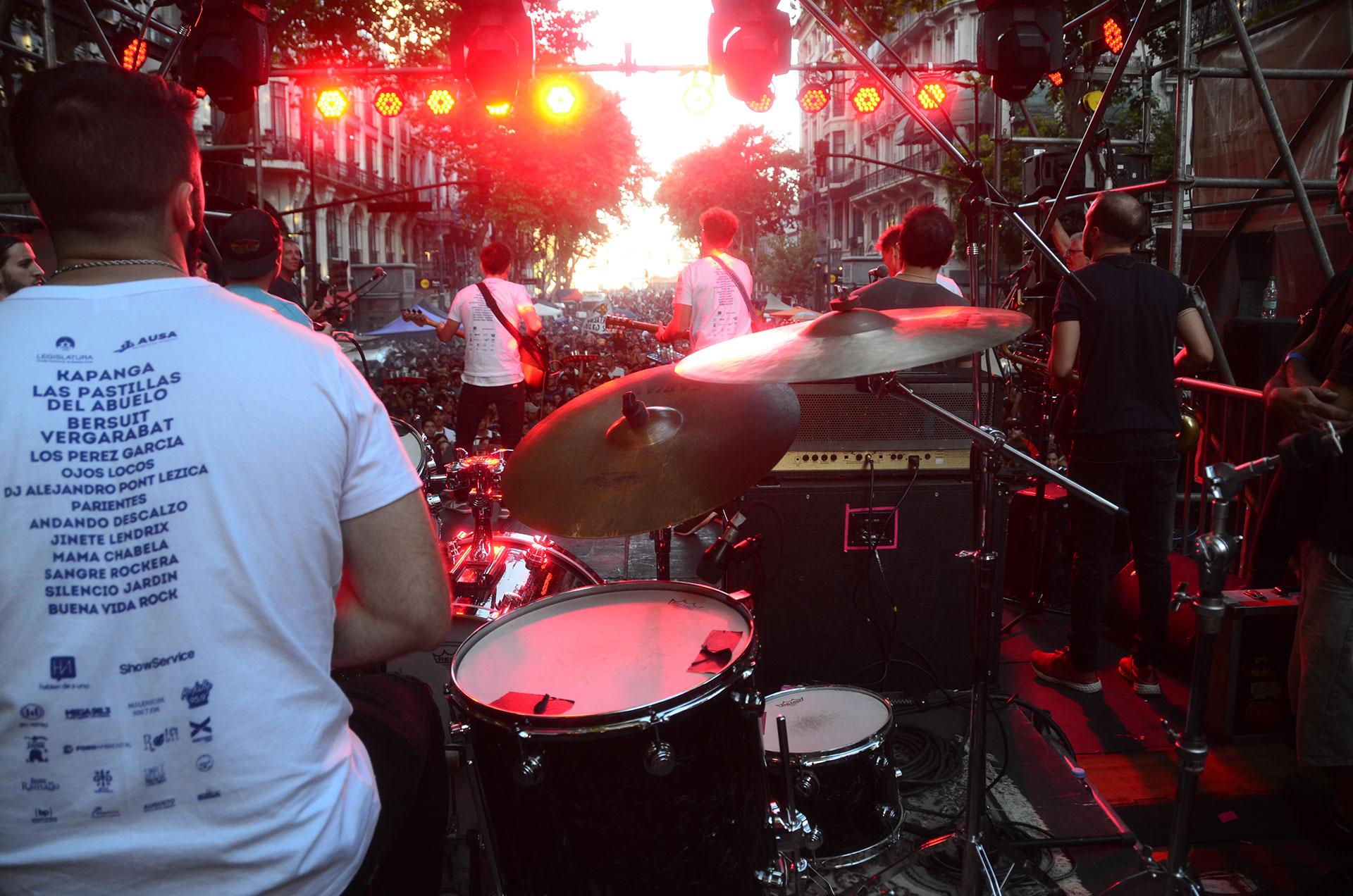 A partir de las 16 hs, tocaron bandas como Buena Vida Rock, Silencio Jardín, Sangre Rockera, Mamá Chabela, Jinete Lendrix, Andando Descalzo, Ojos Locos, Parientes y DJ Alejandro Pont Lezica