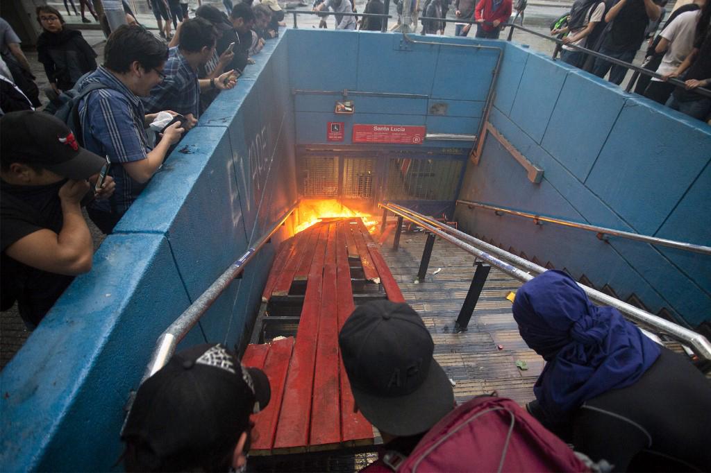 Las revueltas de los estudiantes de secundaria empezaron masivamente el lunes con centenares de jóvenes que irrumpieron en diversas estaciones saltando o metiéndose por debajo de los validadores de pasajes