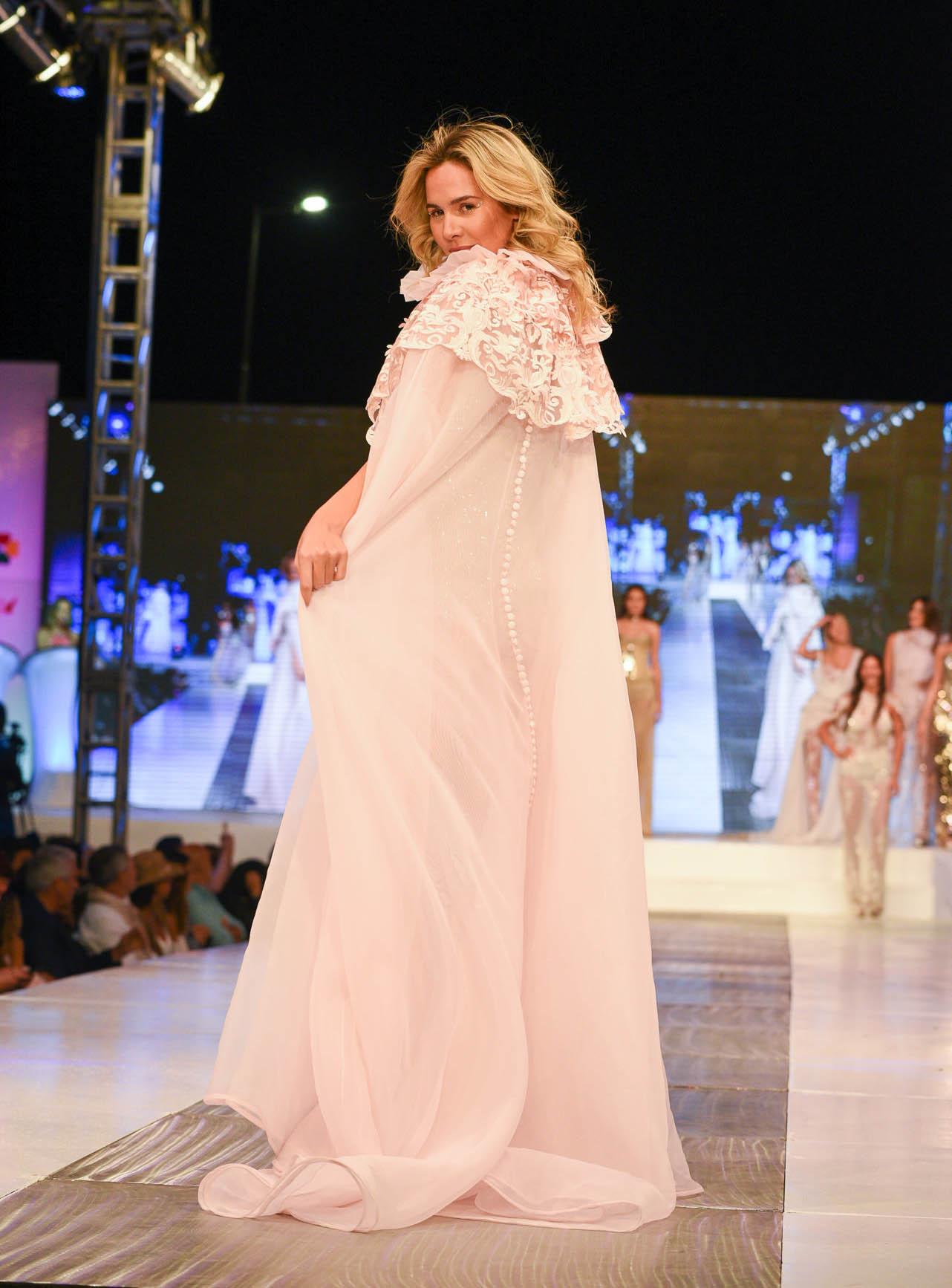 Elina Fernández brilló en la pasarela del Pinamar Moda Look con un diseño de Verónica de la Canal