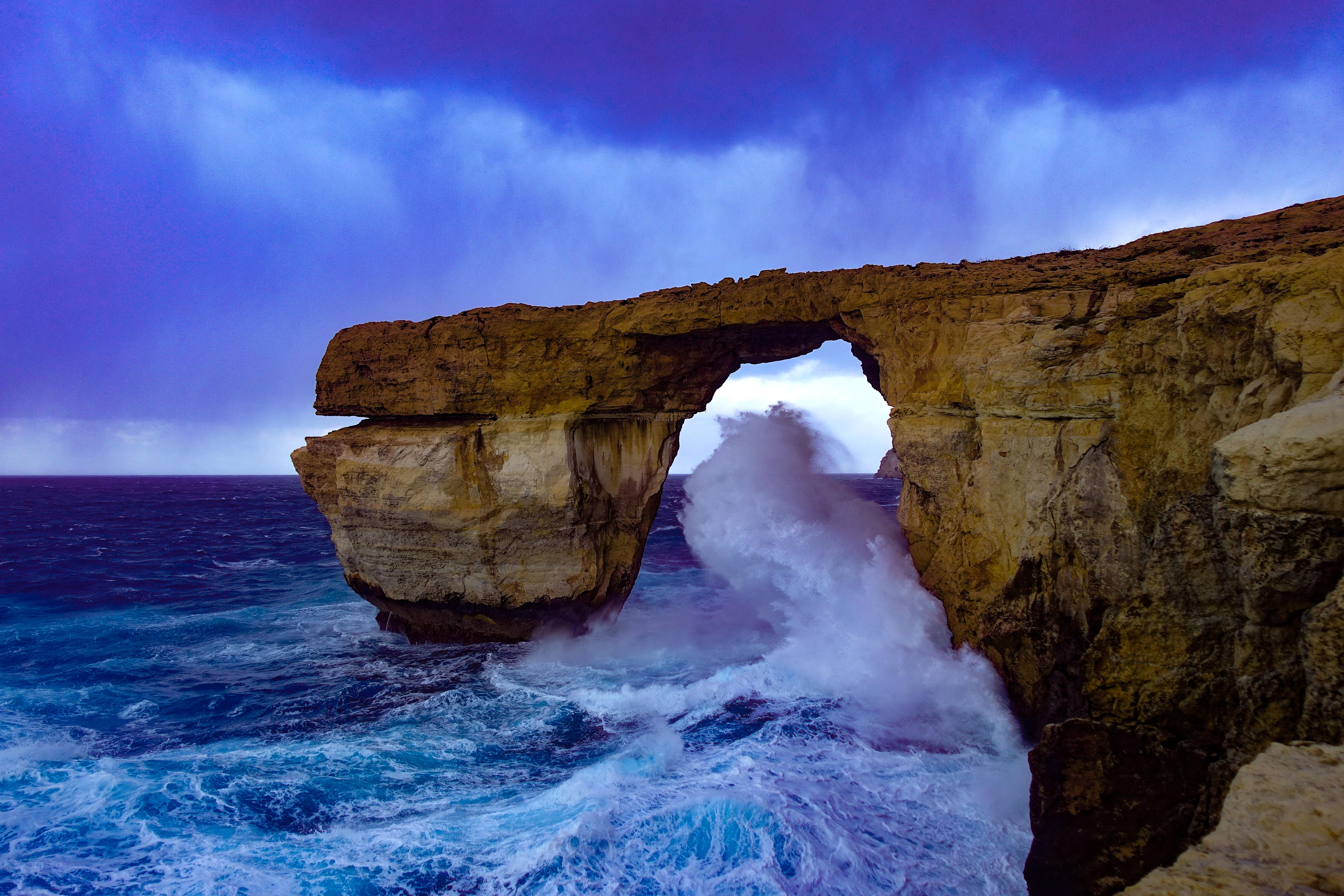 """La Ventana Azul, una formación rocosa con un arco natural de piedra caliza de 28 metros de alto que se levantaba en la isla de Gozo en Malta. se derrumbó después de ser dañado por una tormenta en marzo de 2017. Alguna vez fue uno de los hitos turísticos más populares de Malta y apareció en la serie televisiva """"Juego de tronos"""