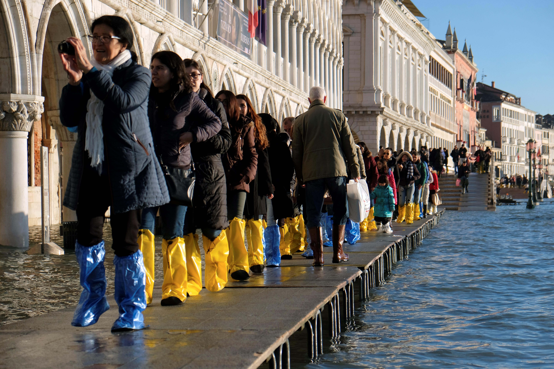 Los turistas en la Plaza de San Marcos el 24 de diciembre de 2019 (REUTERS/Manuel Silvestri)