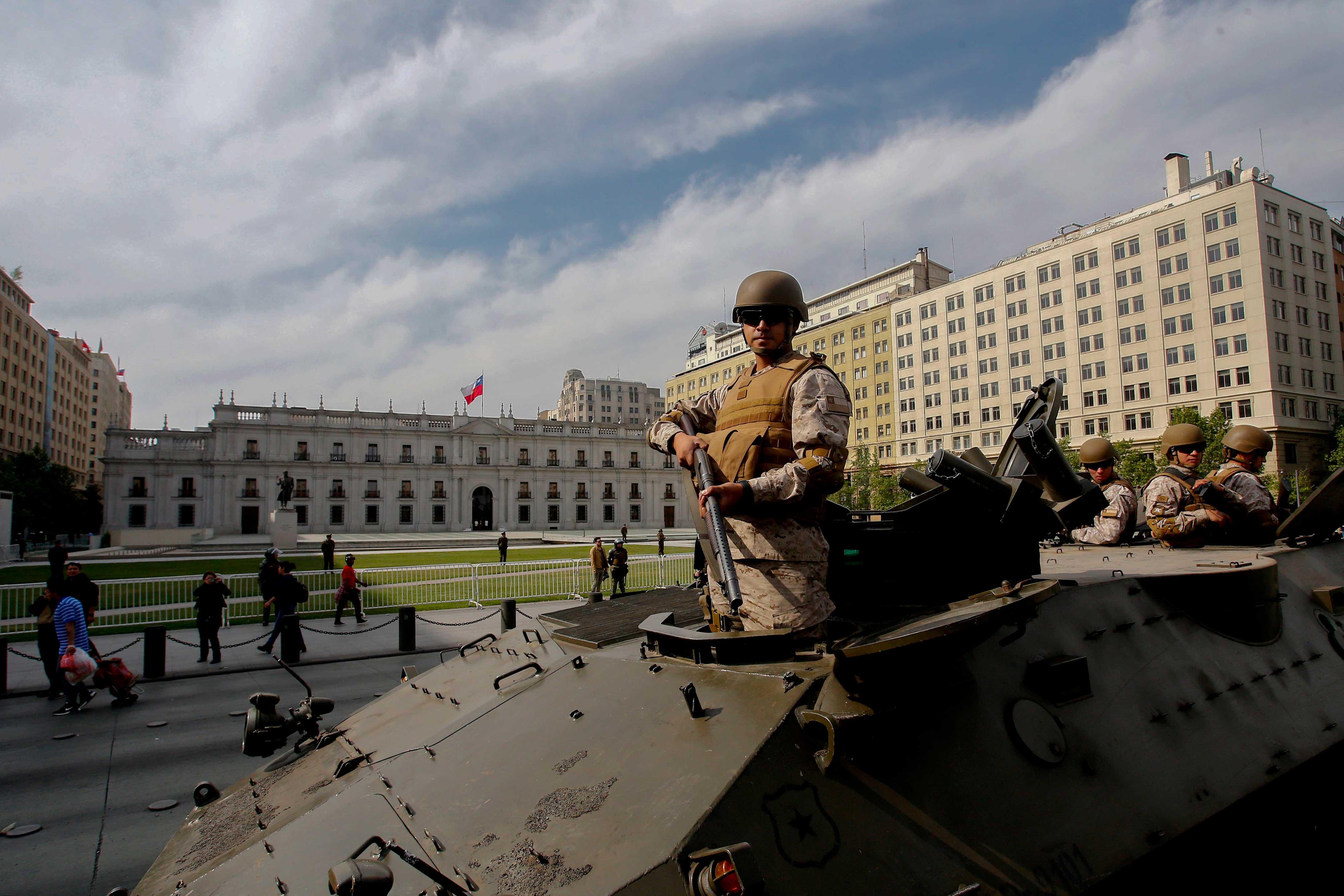 Un tanque militar estacionado afuera de la Casa de la Moneda, sede del poder ejecutivo chileno.