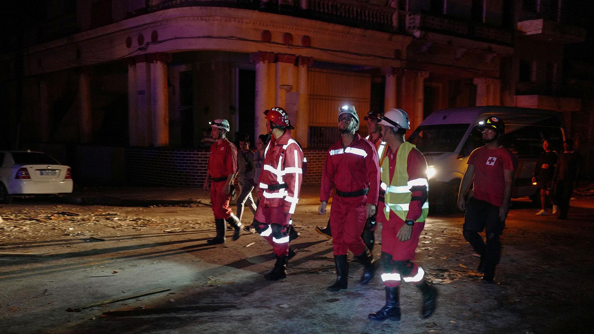 Los equipos de rescate trabajaron durante la noche para socorrer a los afectados (AFP)