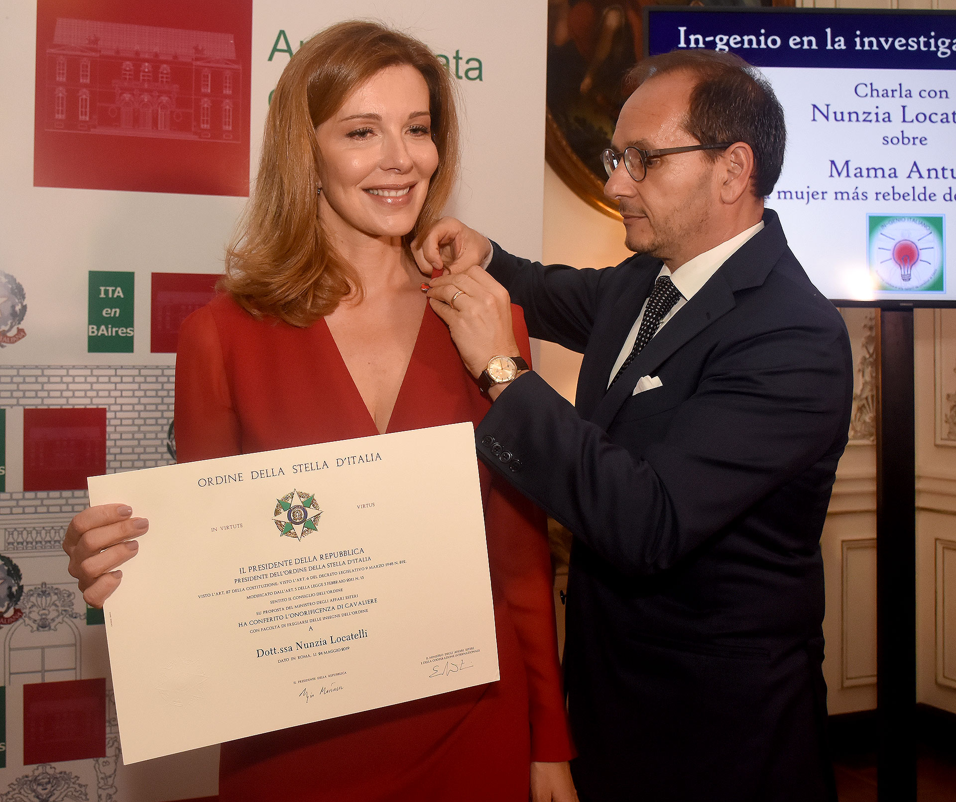 Nunzia Locatelli recibió la condecoración de la mano del embajador