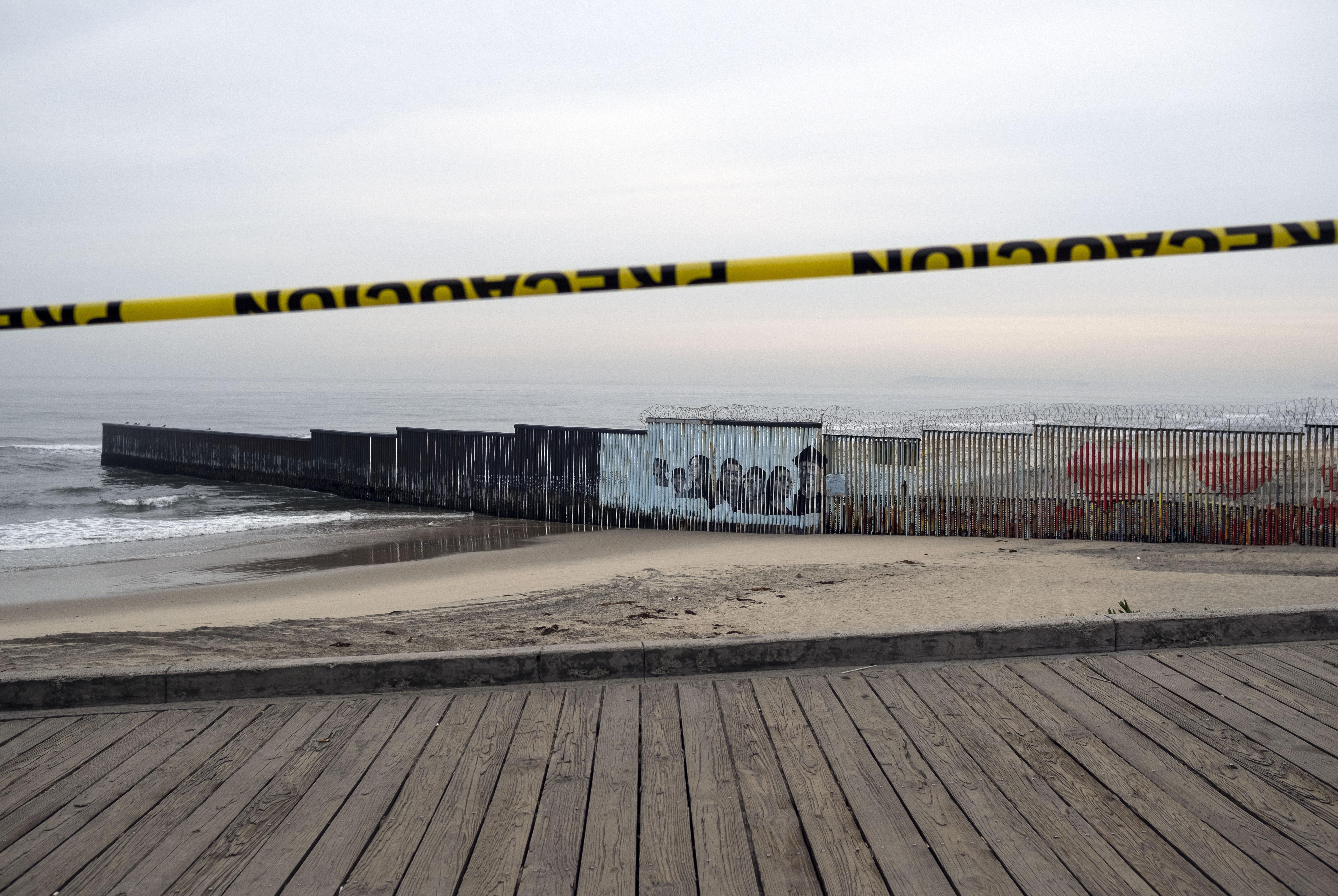 Se ve una línea de precaución mientras la playa permanece cerrada al público, cerca de la valla fronteriza México-Estados Unidos en Playas de Tijuana, estado de Baja California, México, el 31 de marzo de 2020.