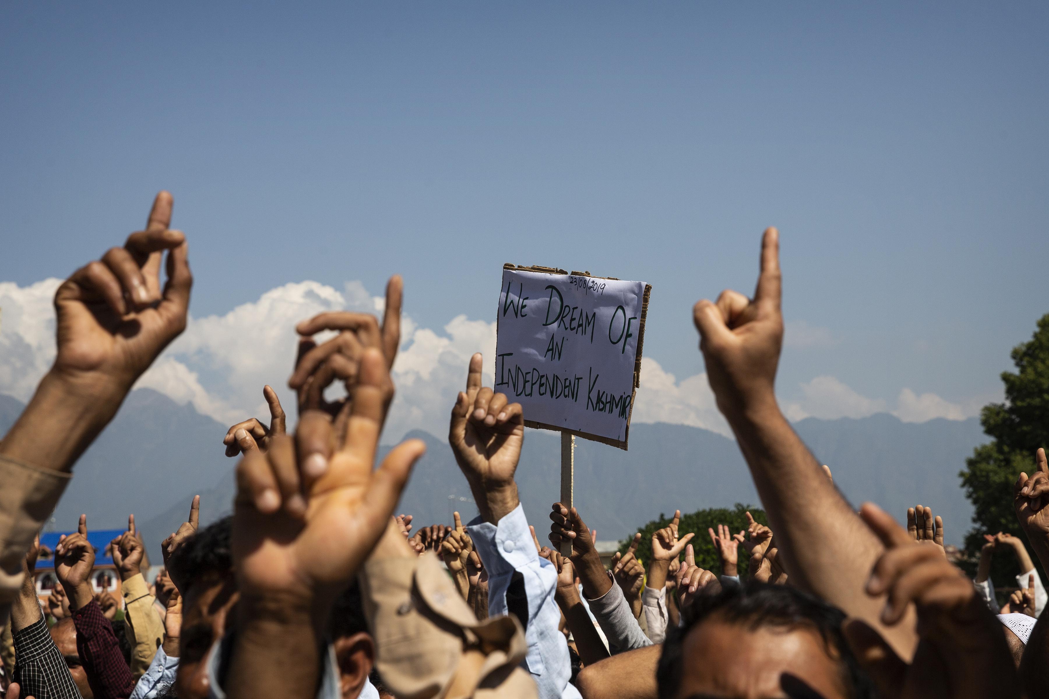 Los hombres de Cachemira gritan consignas de libertad durante una protesta contra el control de Nueva Delhi sobre la región en disputa, después de las oraciones del viernes en las afueras de Srinagar, Cachemira controlada por los indios, el 23 de agosto de 2019. (Foto AP / Dar Yasin)