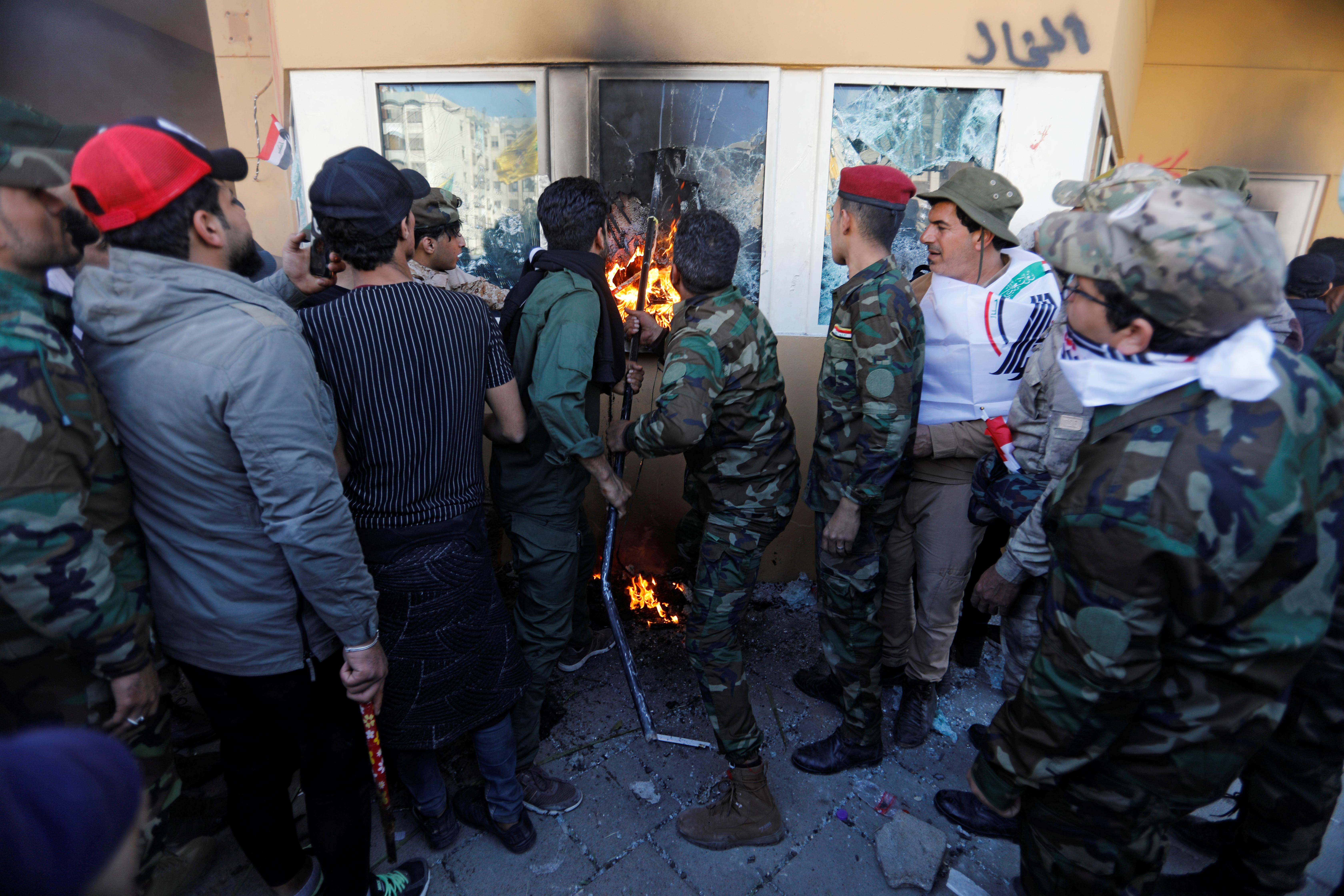 Los fanáticos del grupo terrorista Hezbollah tratan de abrir un huevo en los vidrios de la embajada para provocar un incendio en el interior
