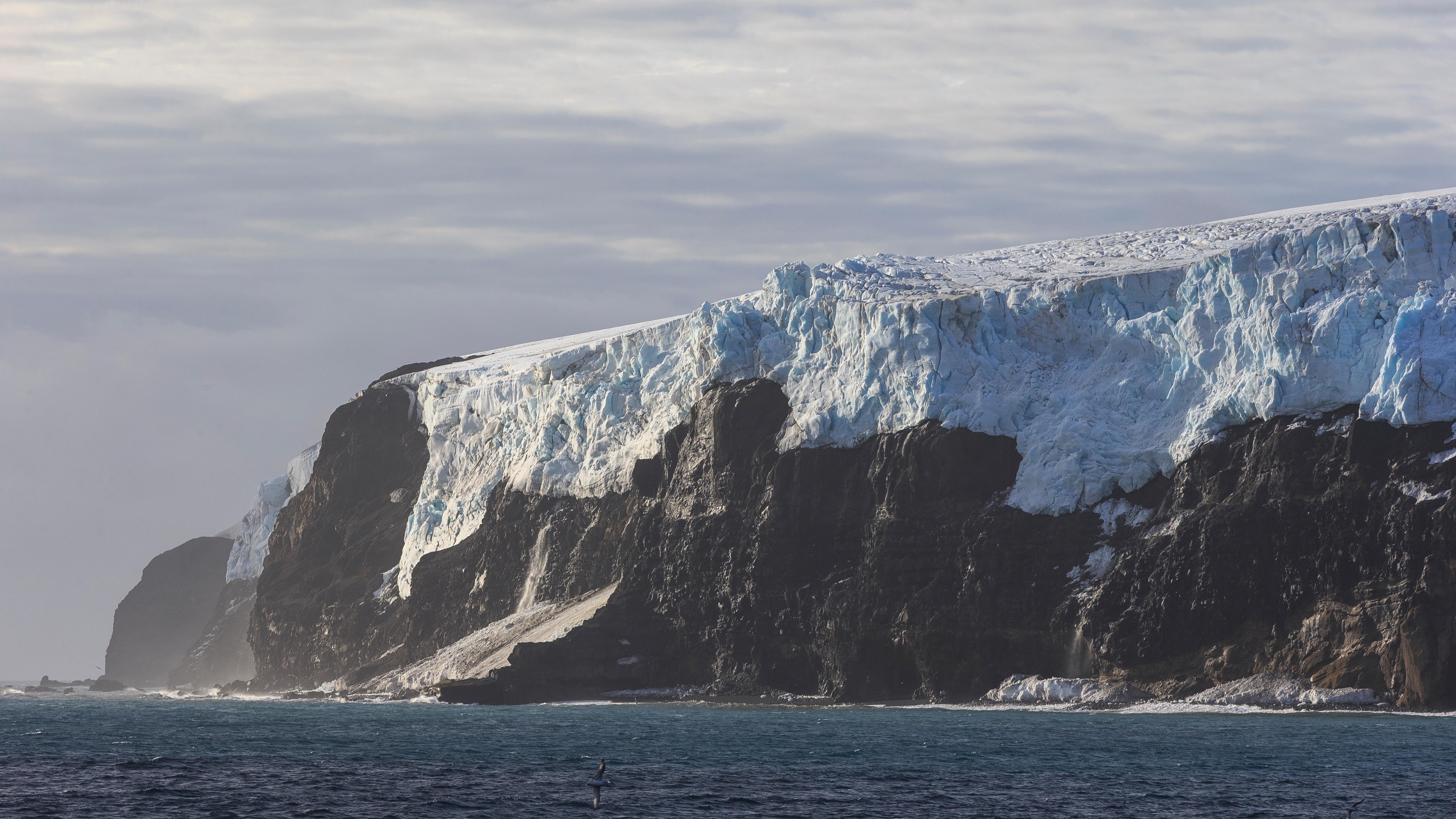 La isla Bouvet es la más remota del mundo. La isla en el Atlántico Sur pertenece a Noruega. El siguiente punto de tierra más cercano es la Tierra de la Reina Maud en la Antártida, que está a 1.160 kilómetros de distancia. Se trata del lugar más aislado de la Tierra que nunca se ha convertido en un destino comúnmente visitado debido a lo lejos que está de todo // Fotos: Shutterstock