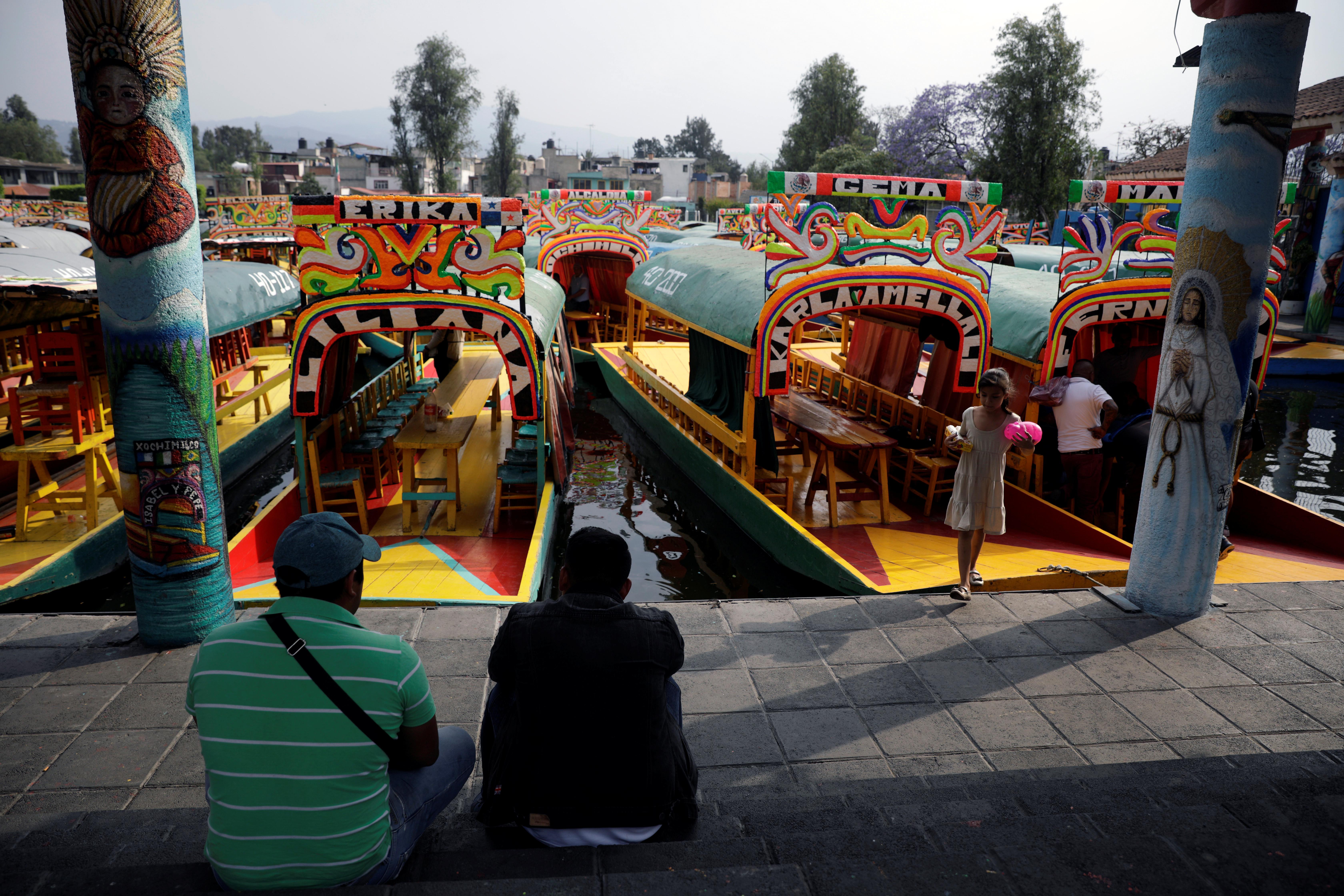 Las trajineras (botes) están estacionadas en Xochimilco debido a la falta de clientes, ya que el Ministerio de Salud de México instó a las personas a mantener una