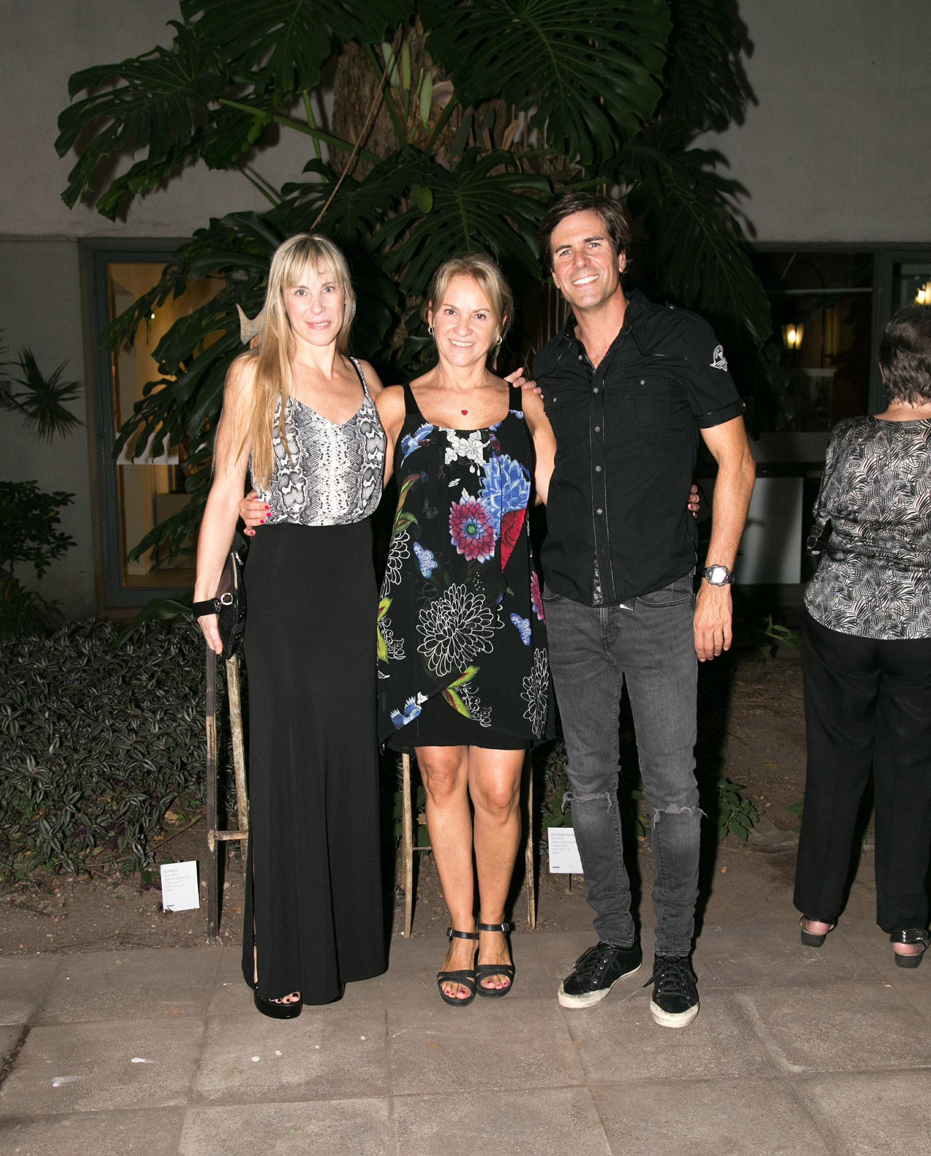 Carmela Blanco junto a su hermano, Tobías Blanco, y su novia