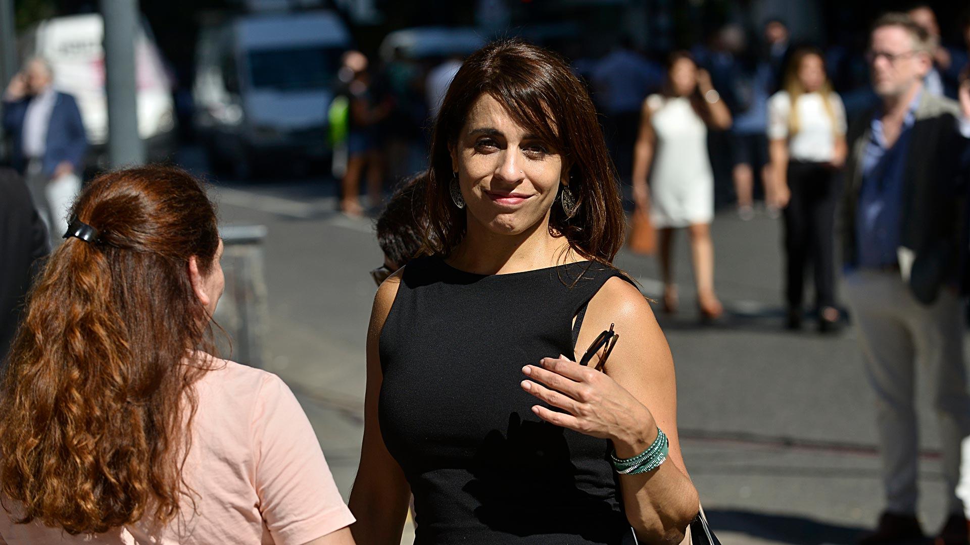 Victoria Donda, titular del Inadi, optó por el clásico vestido jackie en tono negro