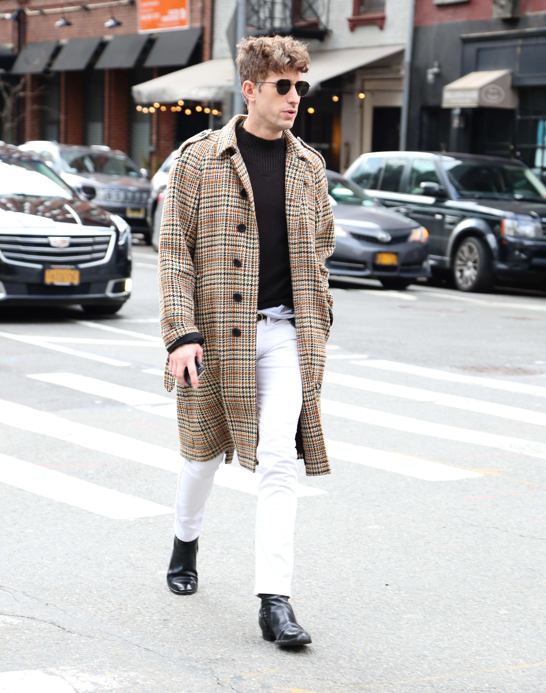 El street style también es para ellos. Un sobretodo cuadrillé con pantalón blanco, remera y booties negros. Un gran estilo para el NYFW 2020