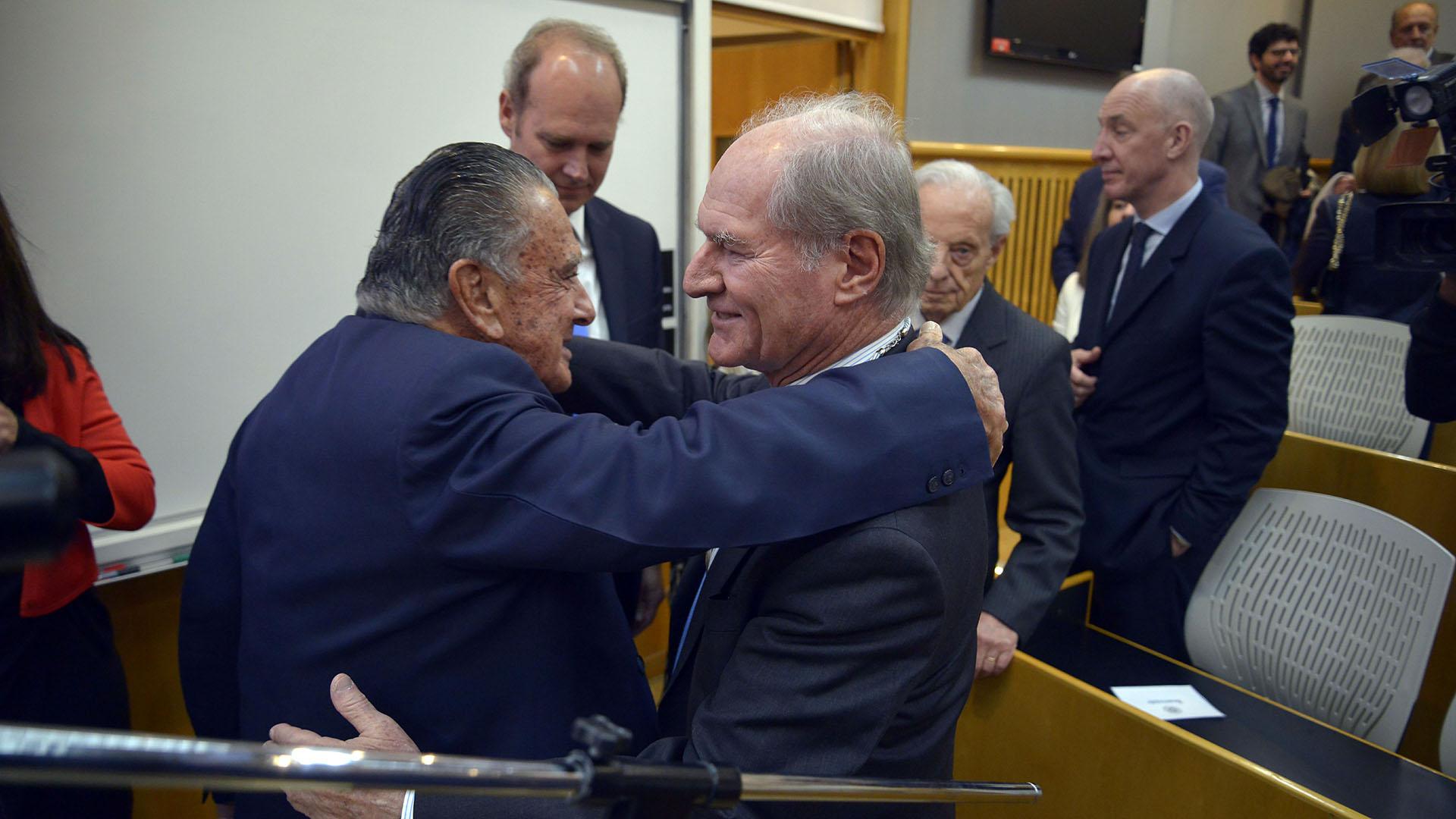 Federico Braun, de Banco Galicia y La Anónima, saluda a Eurnekian