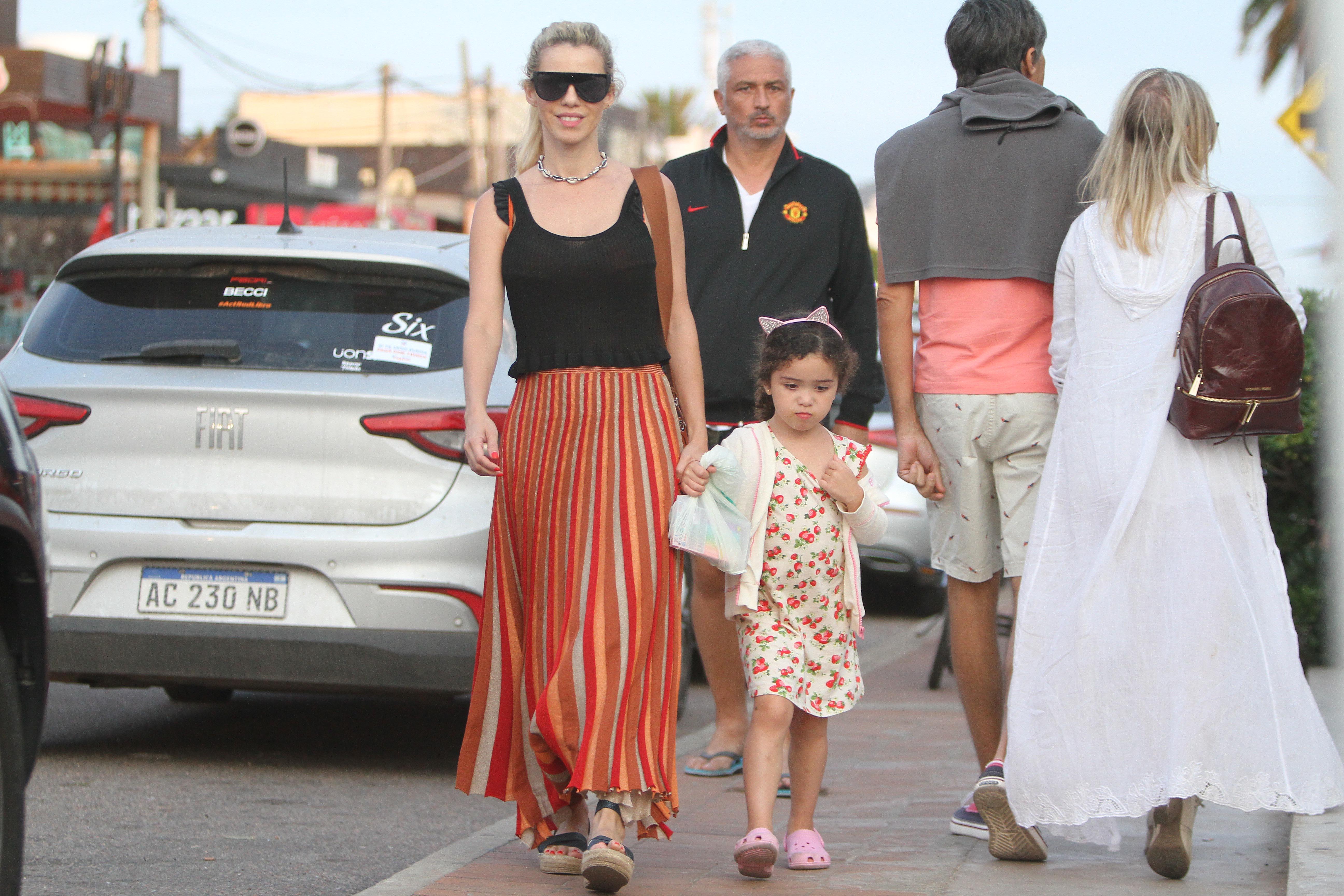 Lola Becerra salió de paseo con una maxifalda naranja y plataformas