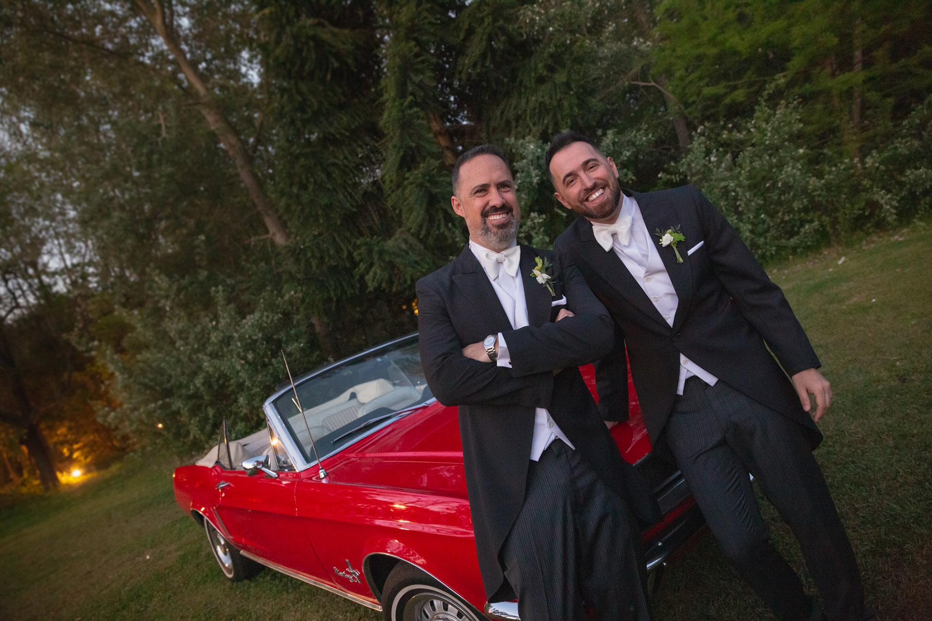 """Los novios entraron a la fiesta a bordo de un Ford Mustang de colección, acompañados por el tema de la película """"Ghost,, la sombra del amor"""