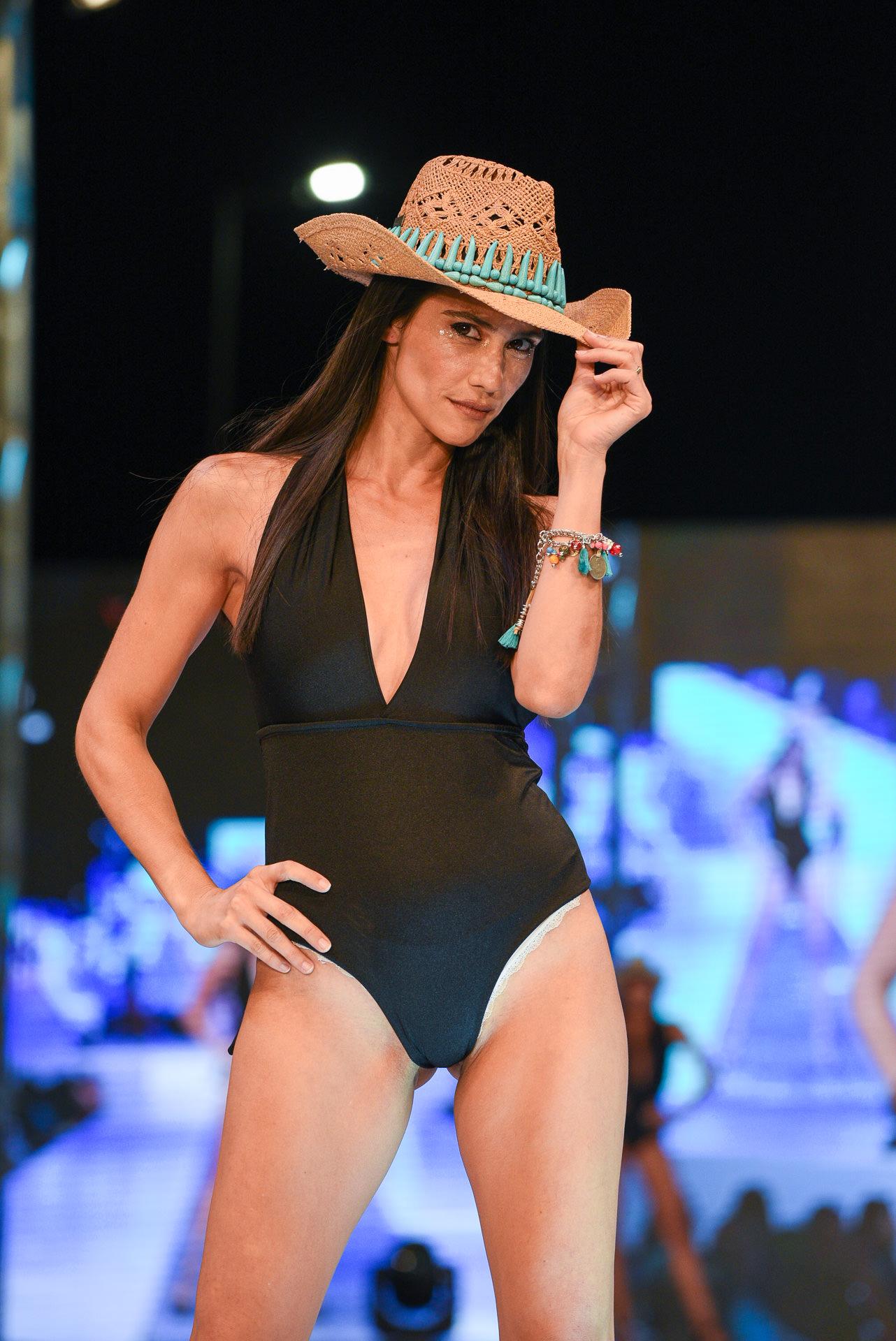 Los sombreros estilo cowboy pisaron fuerte en la pasarela del Pinamar Moda Look 2020. Los diseños by Bombay