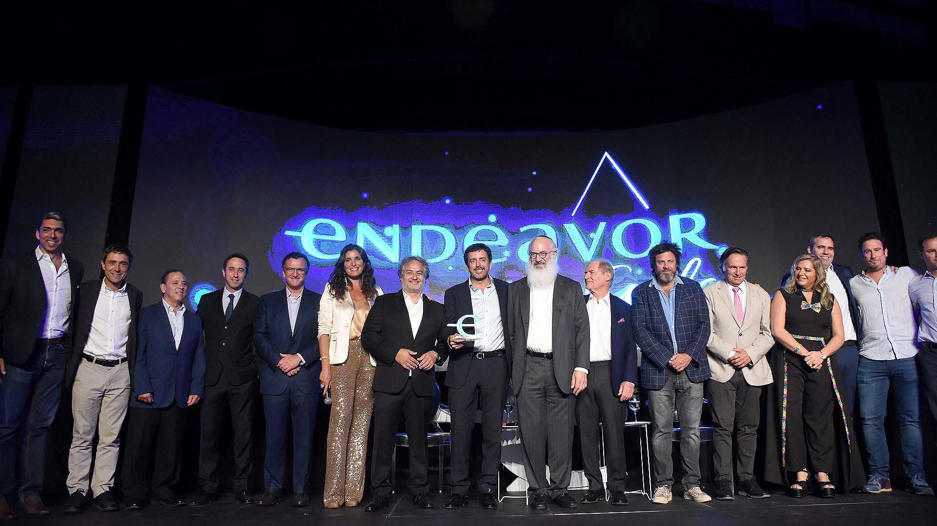 El comité completo de Endeavor con el distinguido de la gala: Mariano Bosch