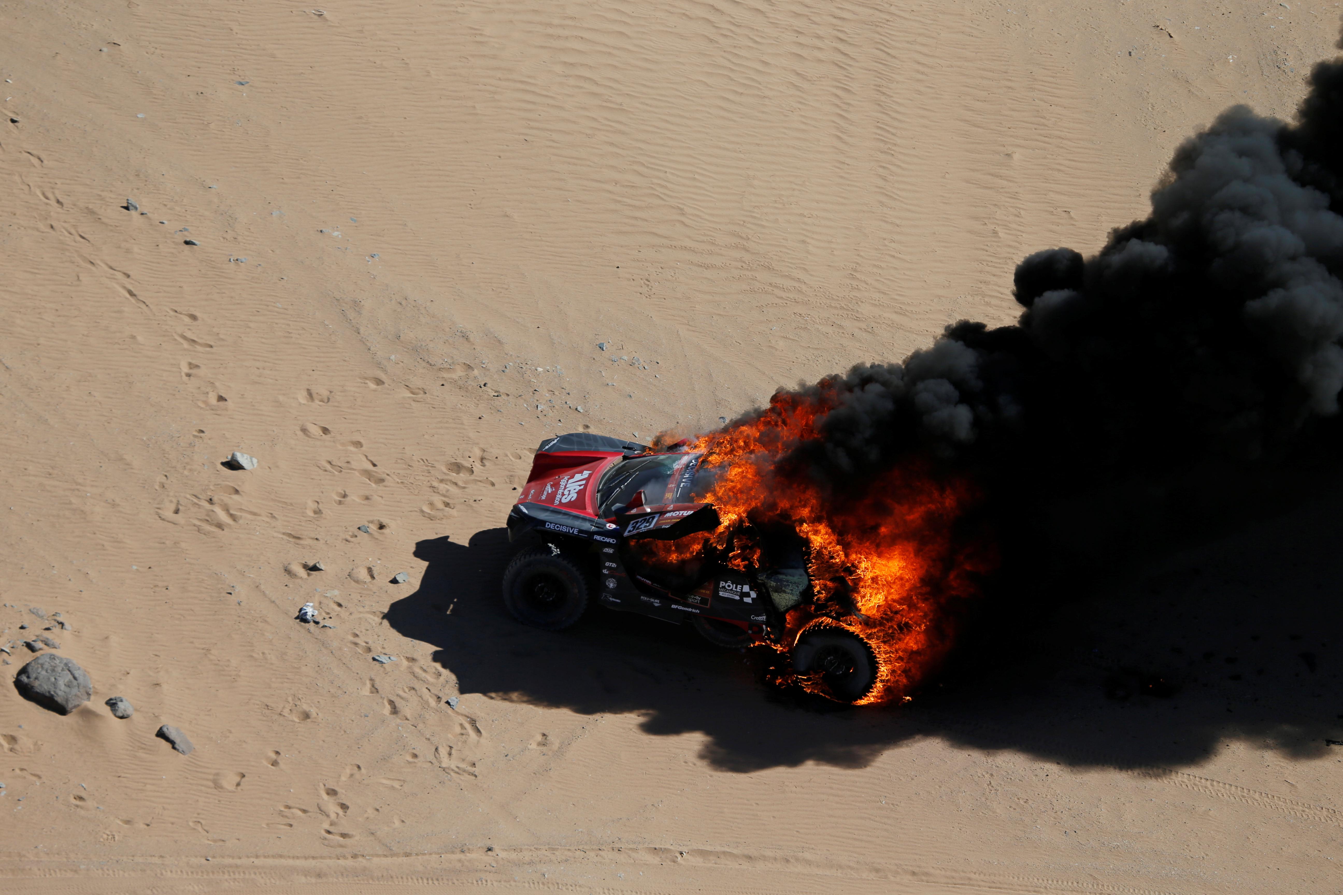 El vehículo del francés Romain Dumas quedó envuelto en llamas y tuvo que abandonar