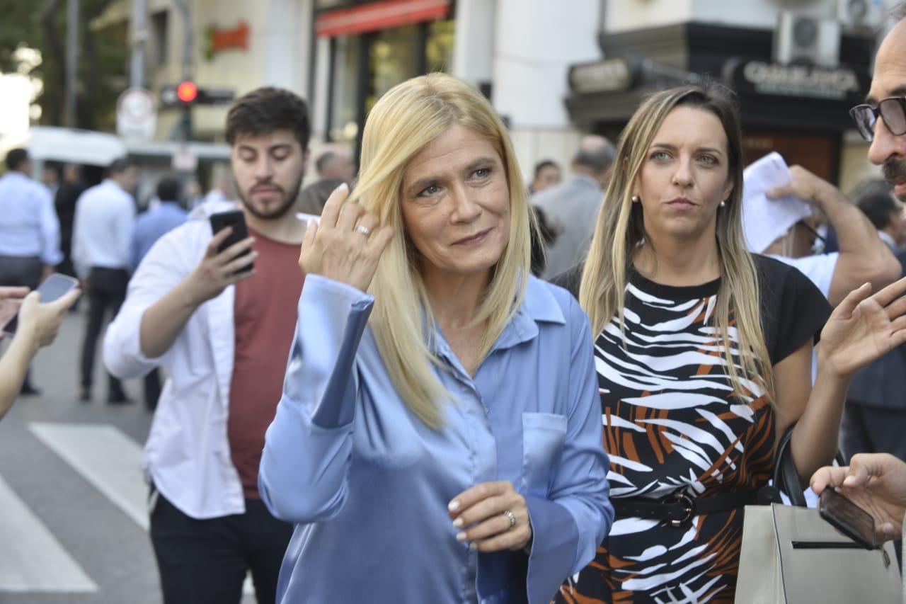 La vicegobernadora de la provincia de Buenos Aires, Verónica Magario, optó por una camisola en color lavanda con un detalle en los puños anchos en un tono más subido en seda de raso y un pantalón de rafia negro.