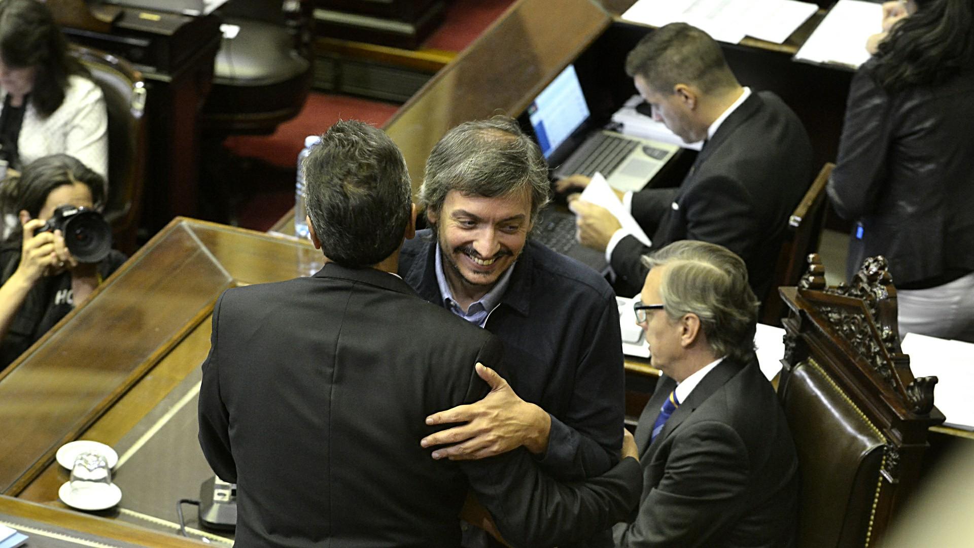 Máximo Kirchner junto a Sergio Massa en la Cámara de Diputados