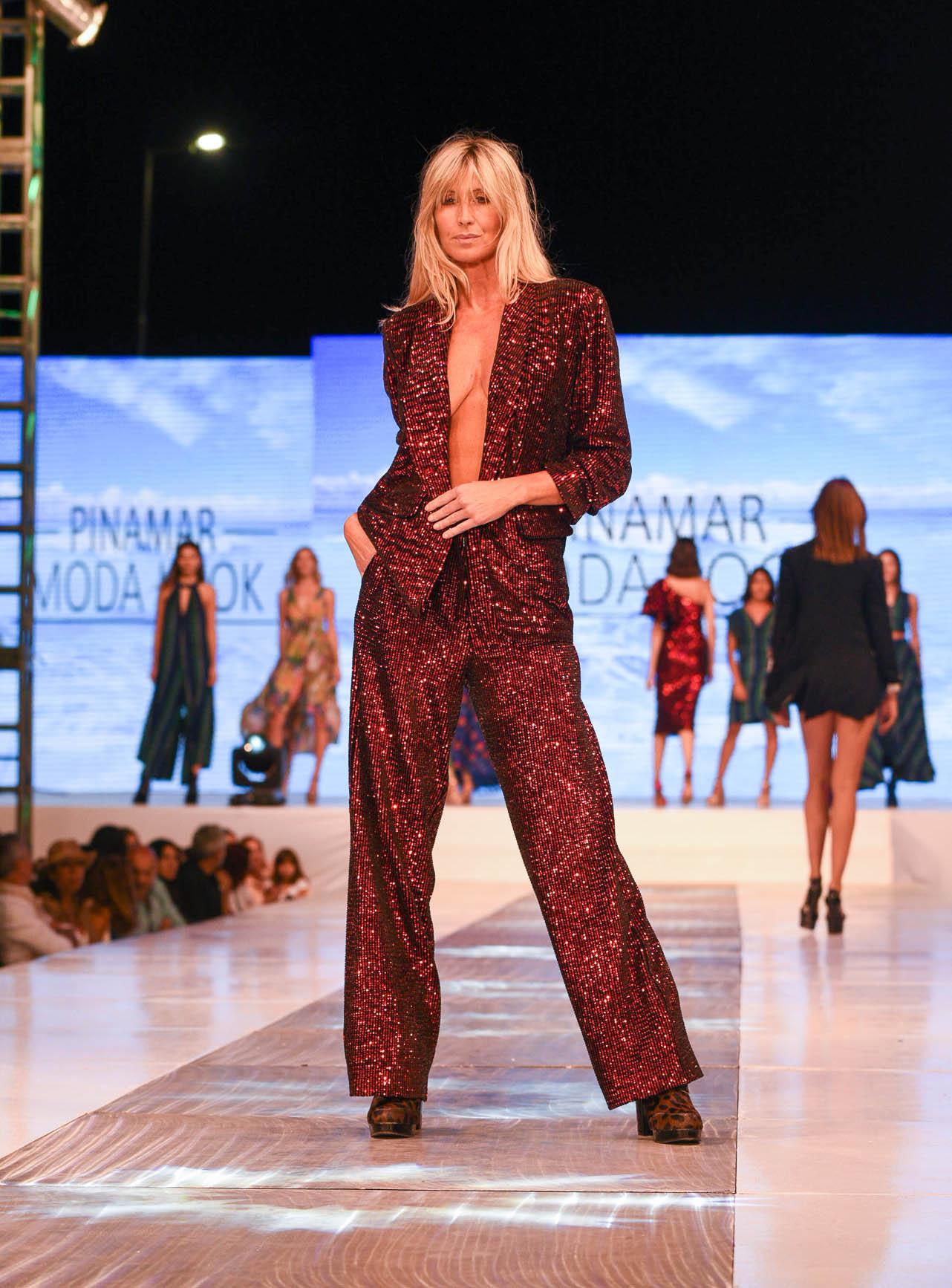 La modelo Soledad Solaro en la pasada del diseñador Benito Fernández, lució un elegante mono rojo de lentejuelas