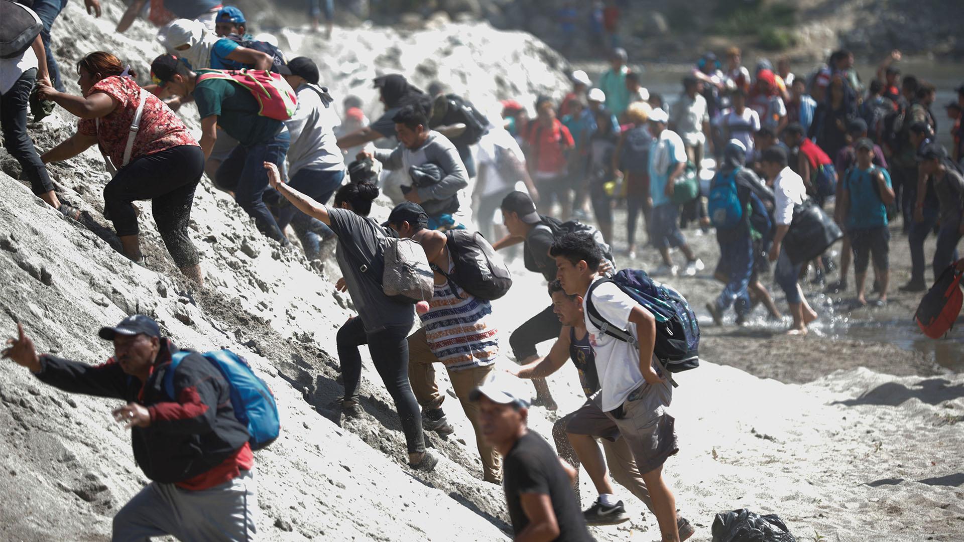Migrantes escalan las riberas del río Suchiate en su intento por cruzar la frontera (Foto: José Cabezas/Reuters)
