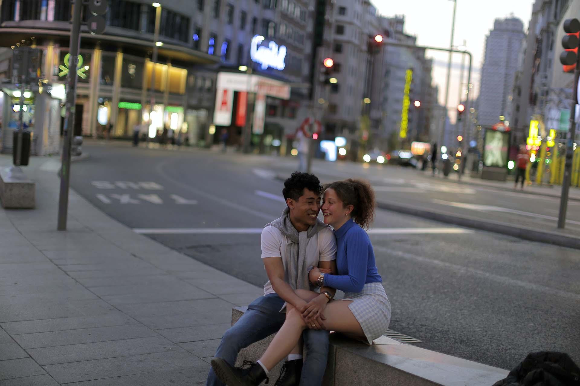 Una pareja ríe en la Gran Vía, de Madrir, España (AP Photo/Manu Fernandez)