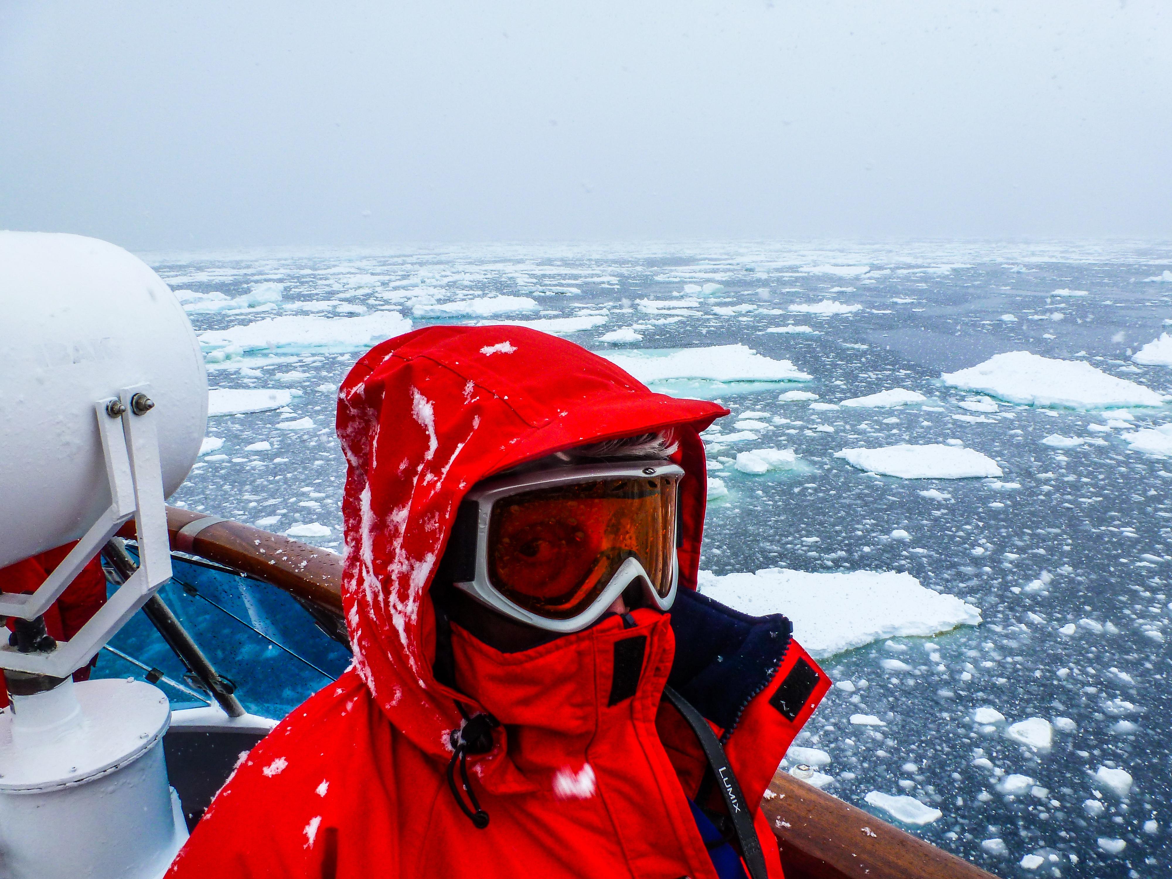 La Bahía de la Commonwealth en la Antártida es oficialmente el lugar más ventoso de la tierra, según el Libro Guinness de los Récords y el Atlas Geográfico Nacional. Durante los meses de invierno, los vientos helados se registran a más de 241.4 kmph de forma regular, y la velocidad media anual del viento es de 80.5 kmph