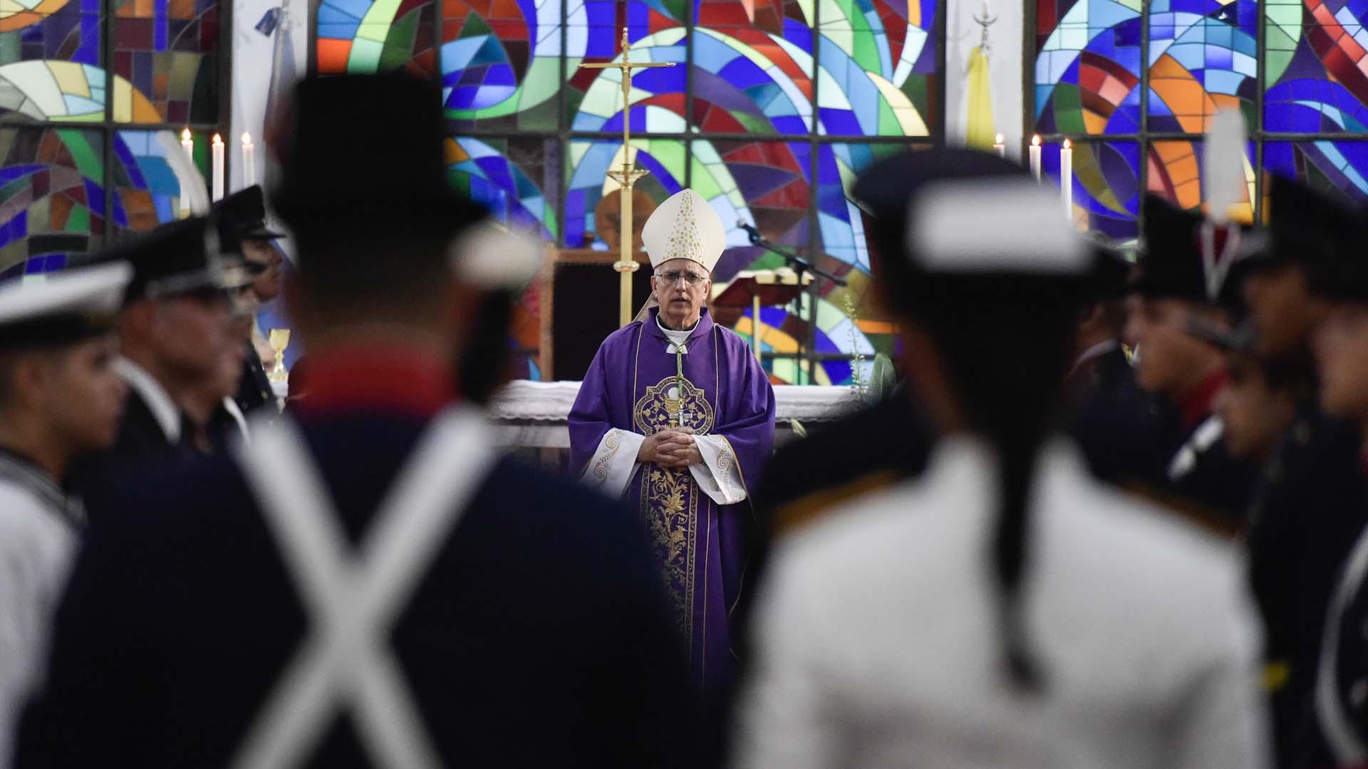 """Monseñor Santiago Olivera, principal promotor de la restitución de la imagen, condujo la misa. Había calificado el regreso como """"un milagro"""" y, en conferencia de prensa, declaró:"""