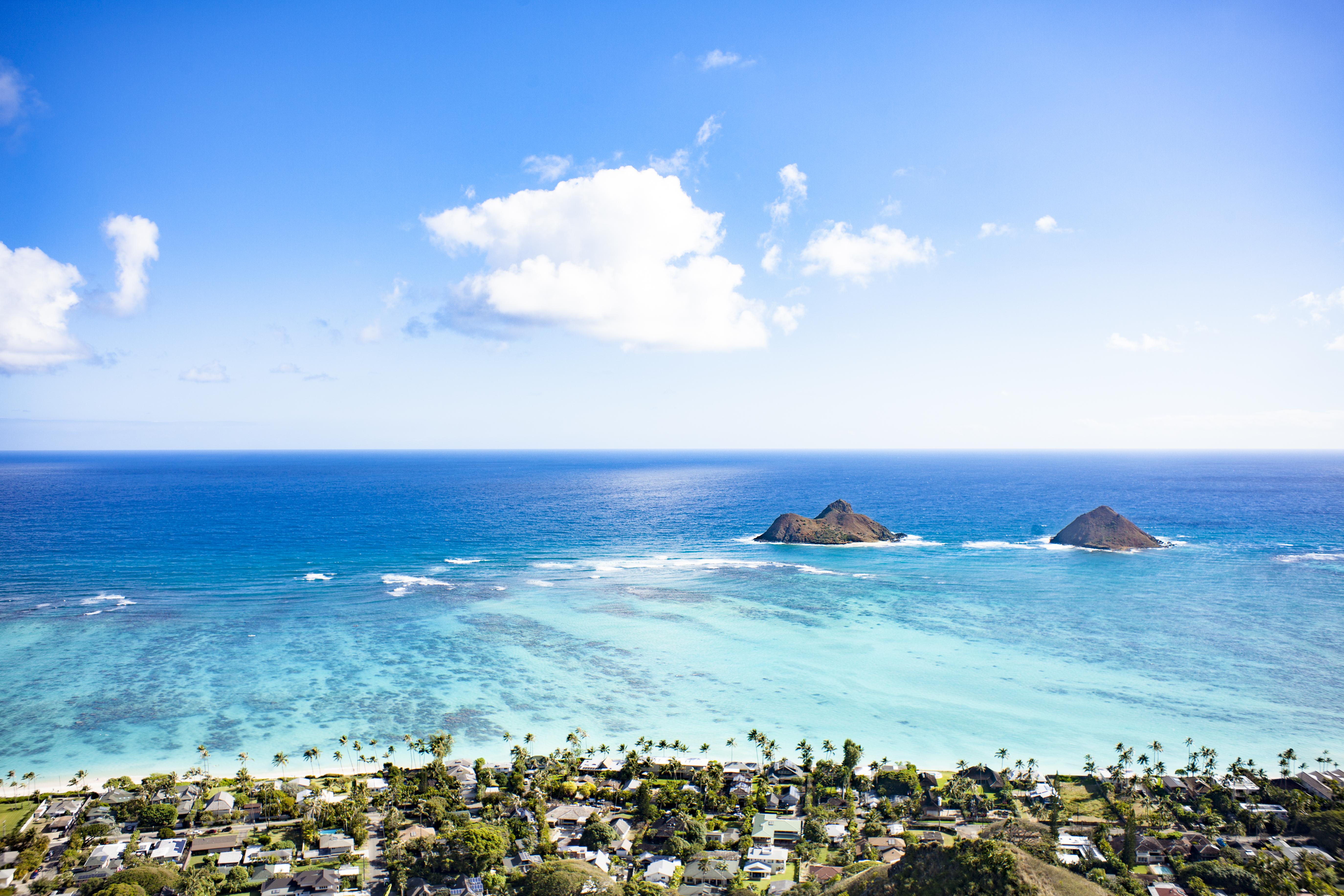 La Playa Lanikai es una playa ubicada en Kailua, en la costa este de Oahu, Hawái. Esta playa, con sólo 800 metros de largo, es considerada una de las mejores playas del mundo. Contiguo a esta playa se encuentra un barrio de clase alta, y debido a esto es accsesible sólo a través de caminos públicos. Lanikai significa