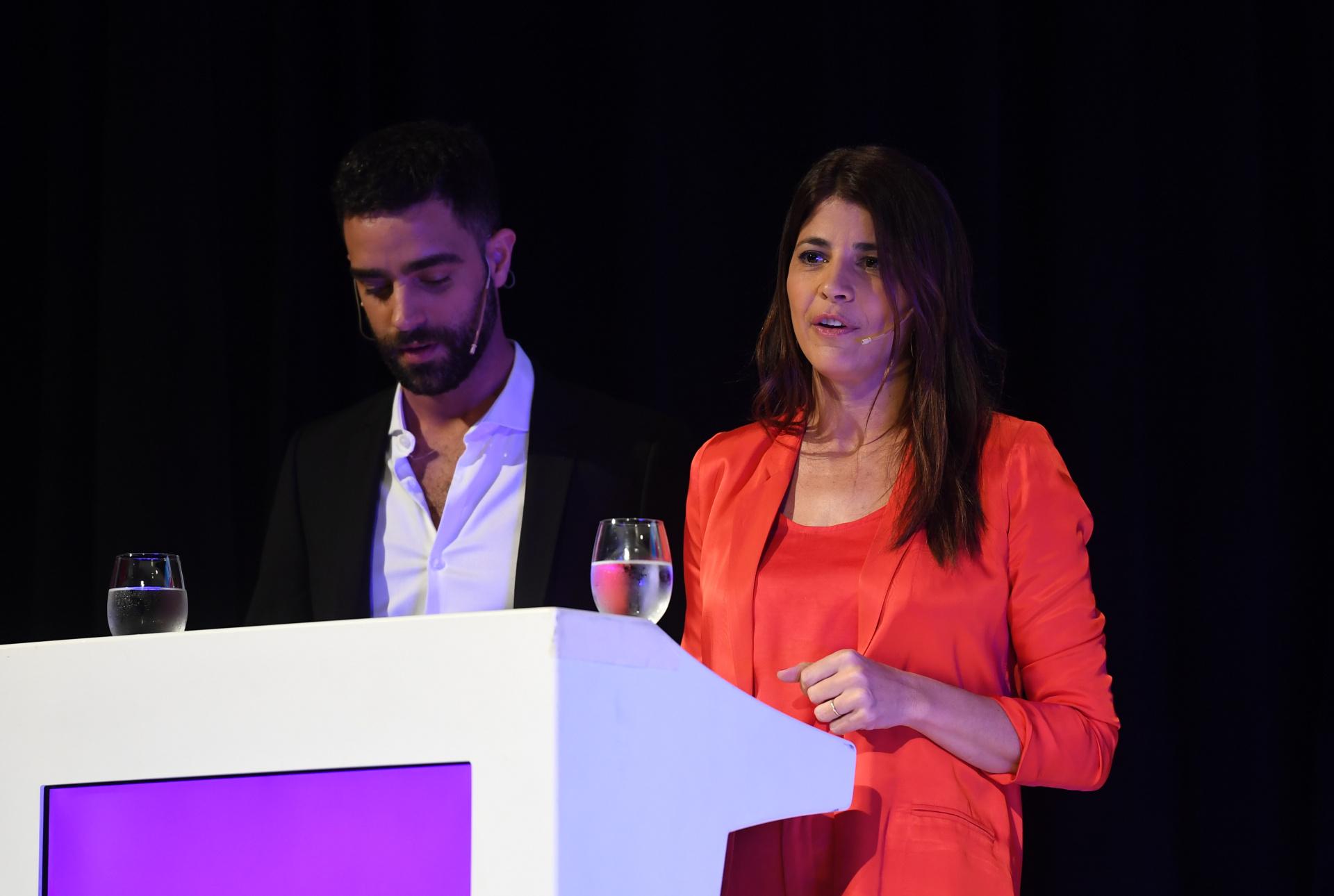 Los periodistas Diego Poggi y Eleonora Cole estuvieron a cargo de la conducción del evento