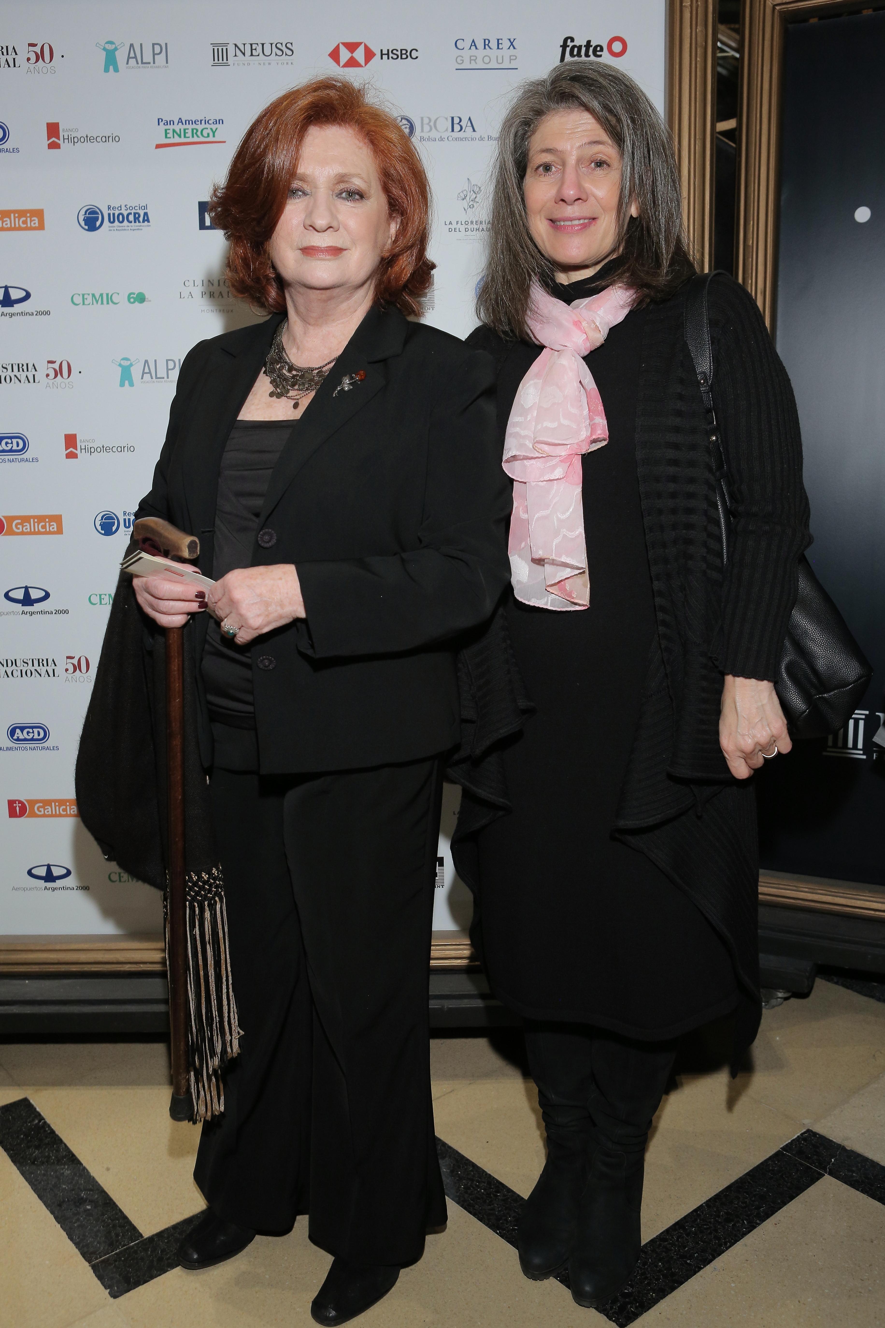 Teresa González Fernández junto a Martine Delogne, esposa del embajador británico en la Argentina, Mark Kent