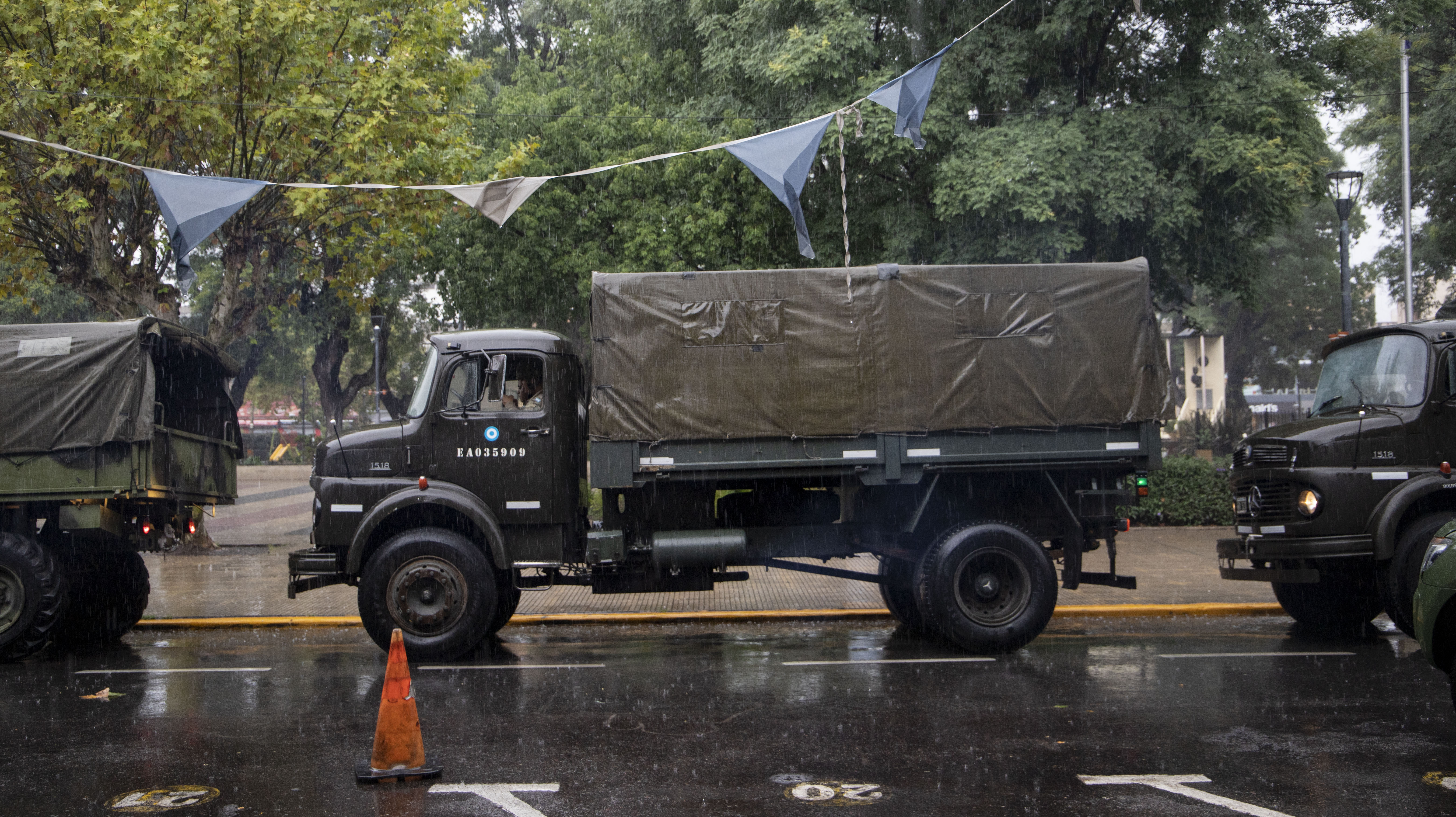 En total llegaron 21 camiones del Ejército Argentino con cerca de cien efectivos
