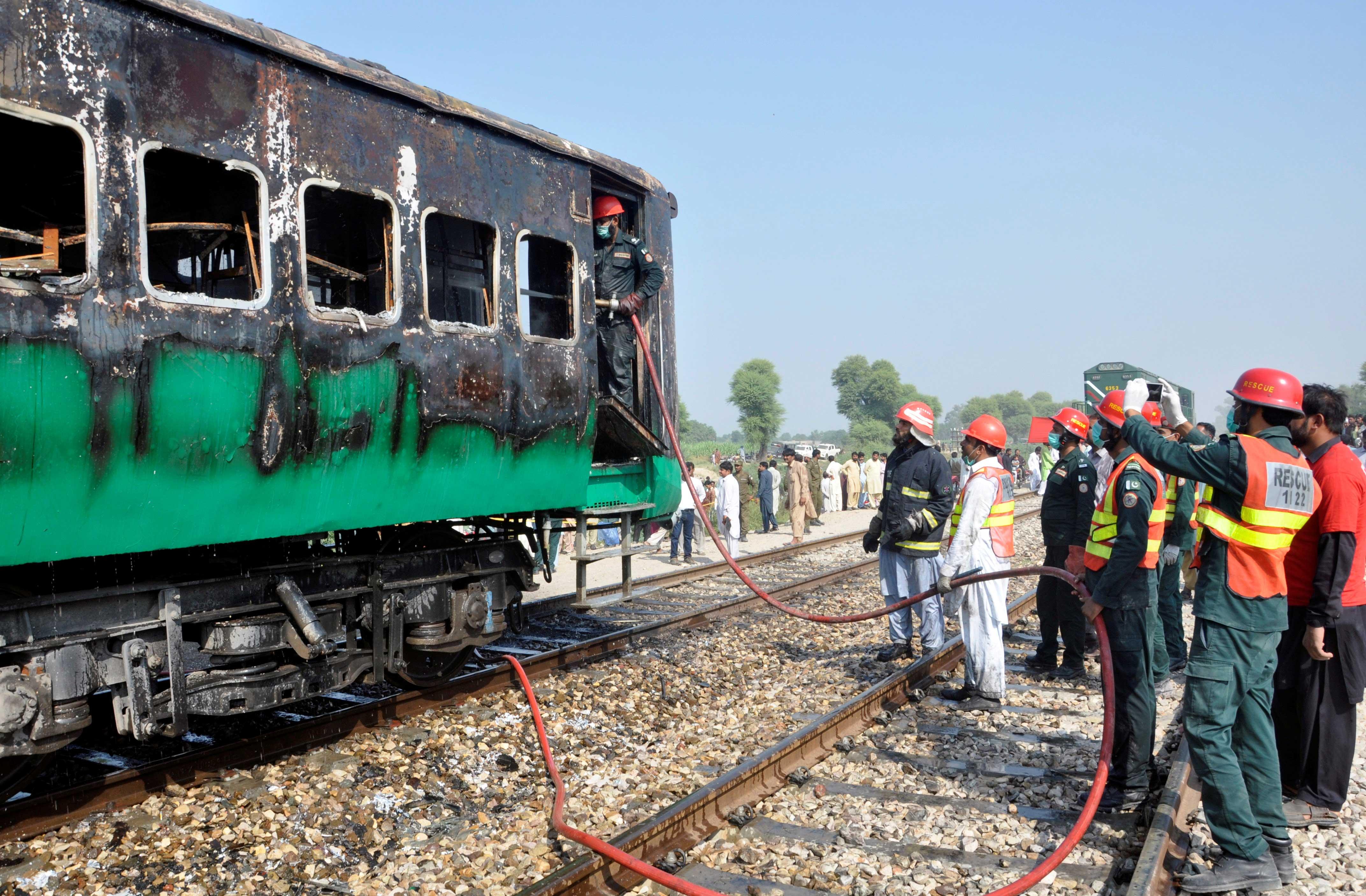 El incendio masivo envolvió tres vagones del tren que viajaba en la provincia oriental de Punjab. (REUTERS)
