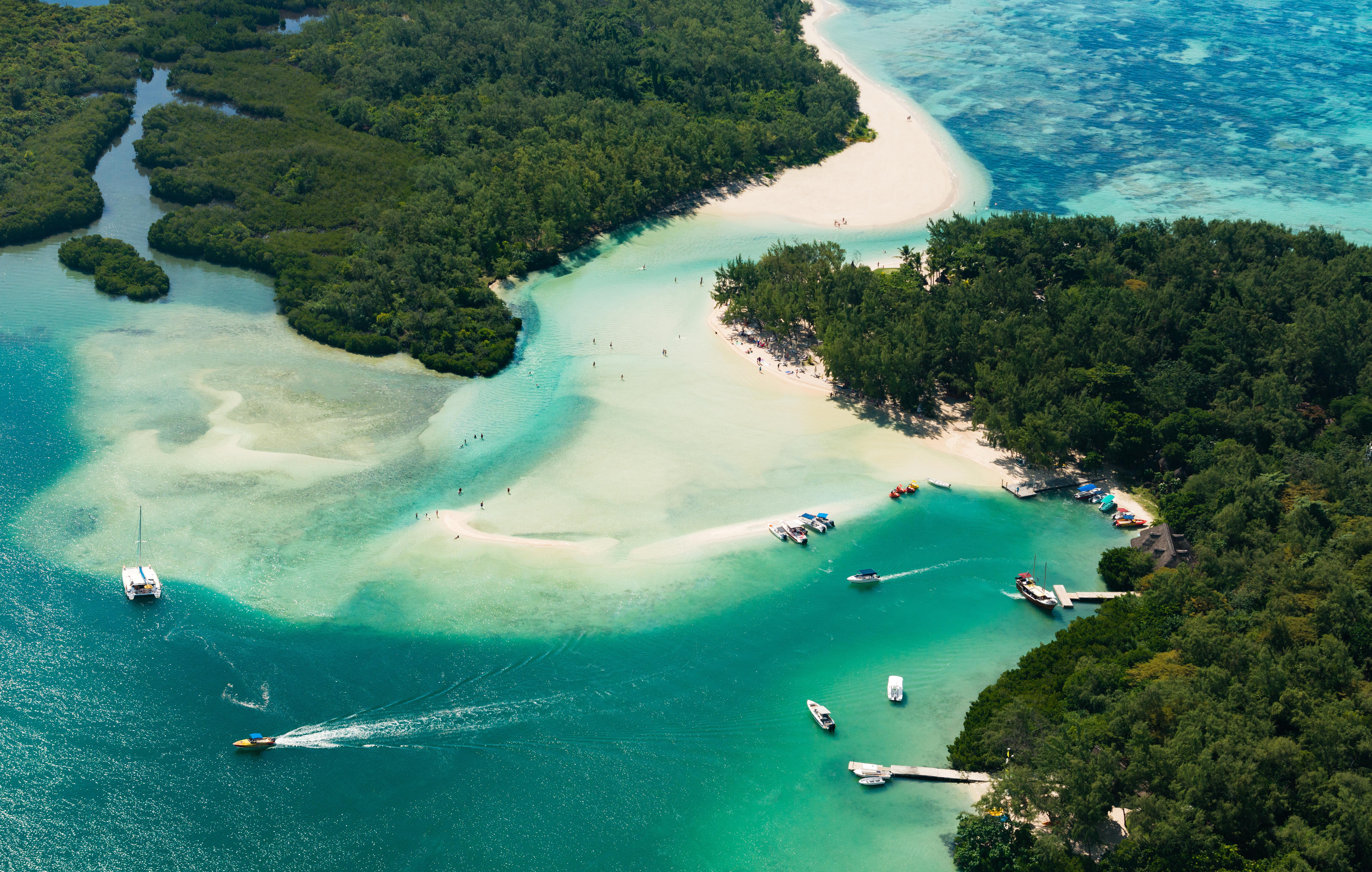 Île aux Cerfs es una isla privada cerca de la costa este de Mauricio en el distrito de Flacq. Todos los días, mauricianos y turistas visitan la isla; salen en botes desde el pueblo de Trou d'Eau Douce y pasan el día en la isla