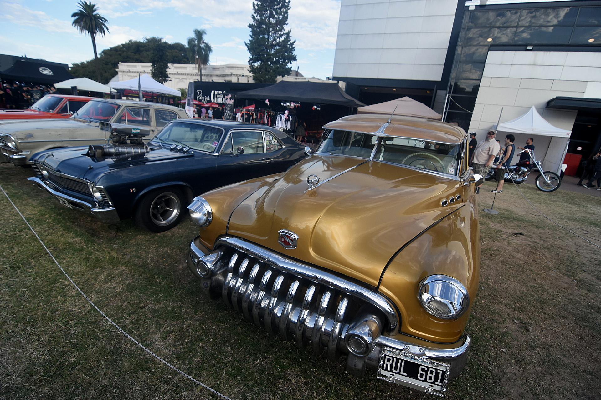 Entre las exhibiciones al aire libre están las colecciones de autos clásicos