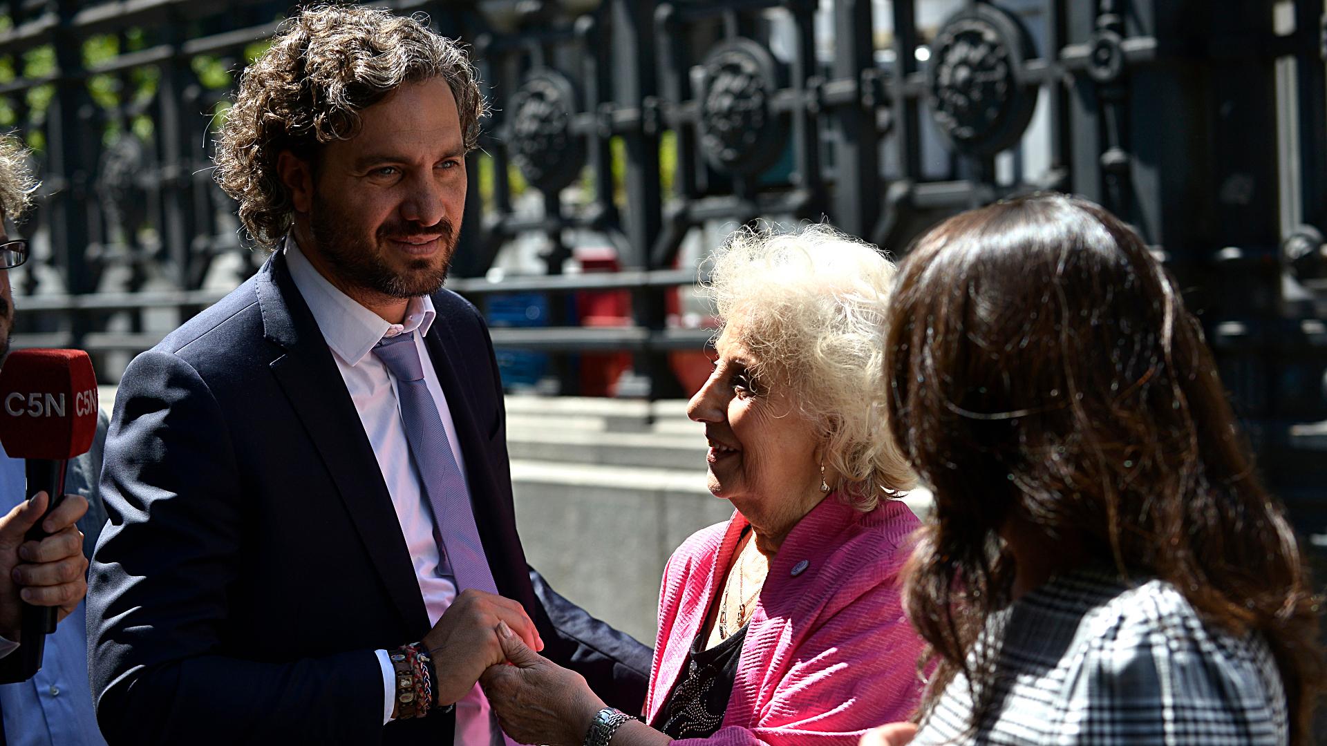 El jefe de Gabinete, Santiago Cafiero, junto a Estela de Carlotto