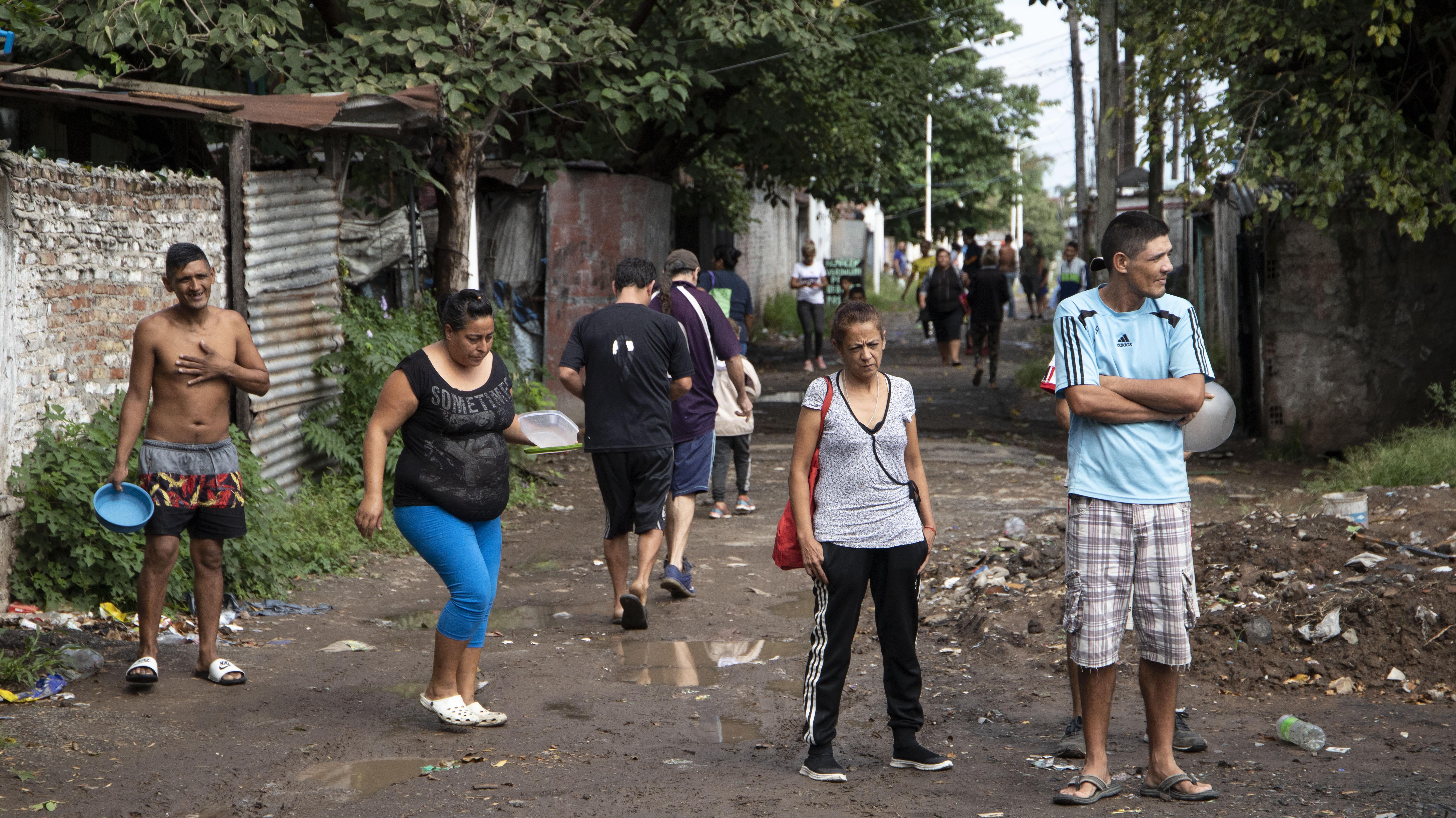 Miles de vecinos se acercaron a las cocinas con sus platos a buscar alimentos