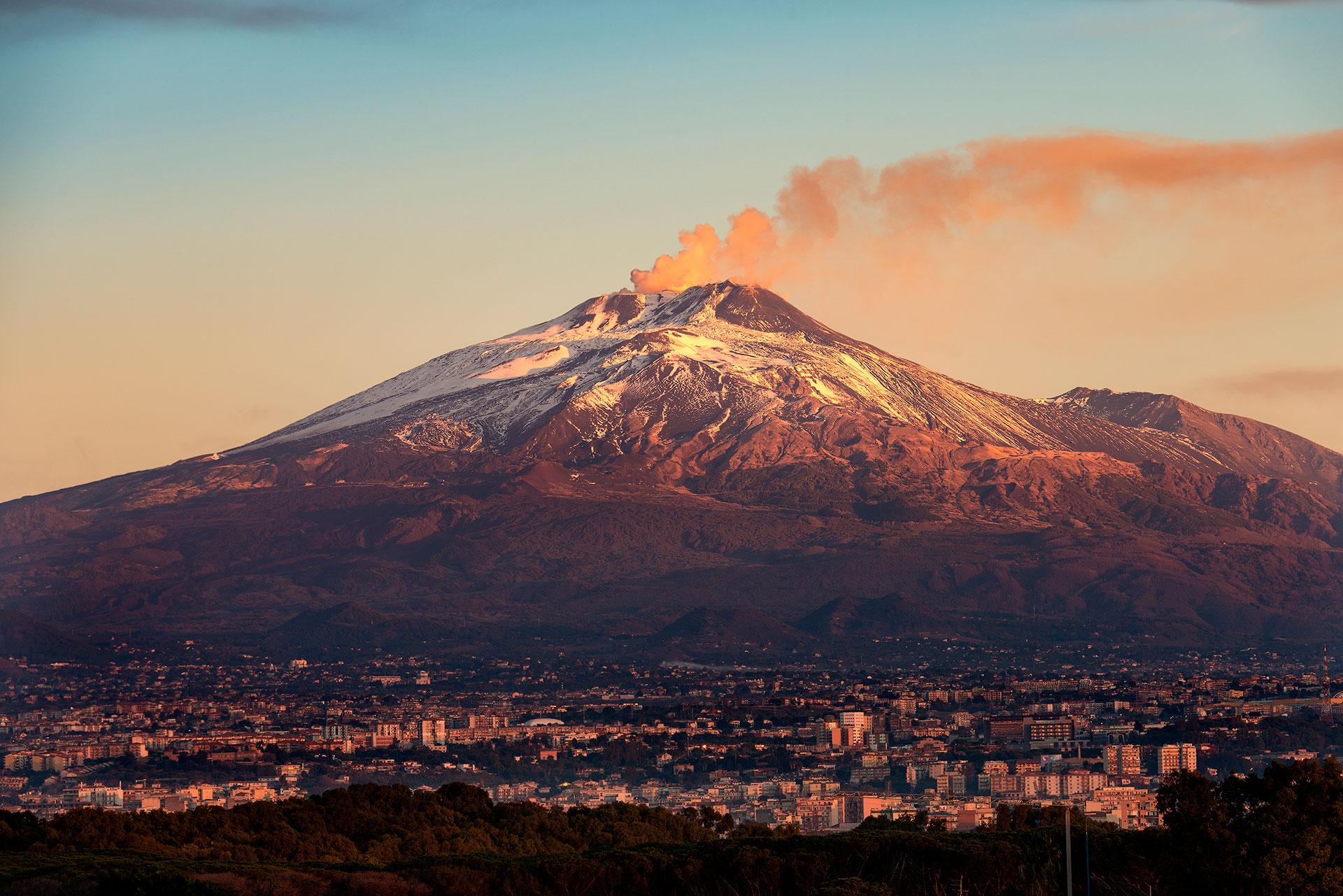 VOLCÁN ETNA - ITALIA: Emplazado en la isla de Sicilia, precisamente en el mar Mediterráneo, en 1669 entró en erupción, llegando a la ciudad de Catania