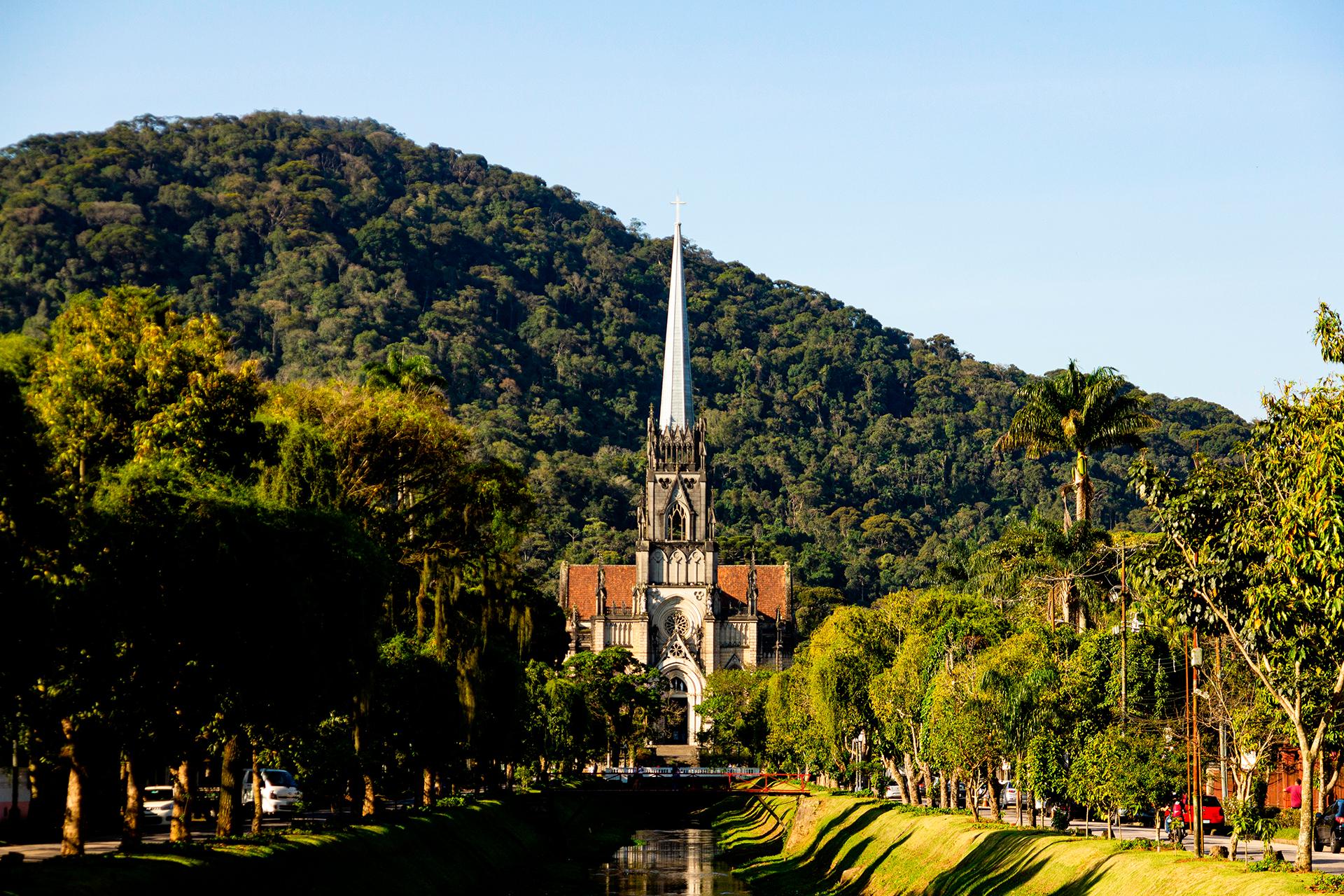 A 68 km de la ciudad de Río de Janeiro, en la parte alta de la Sierra da Estrela, es uno de los refugios preferidos de los cariocas (como se les llama a los que nacen en la ciudad de Río). El Museo Imperial, la catedral gótica y el Palacio de Cristal son algunos de los puntos imprescindibles para visitar