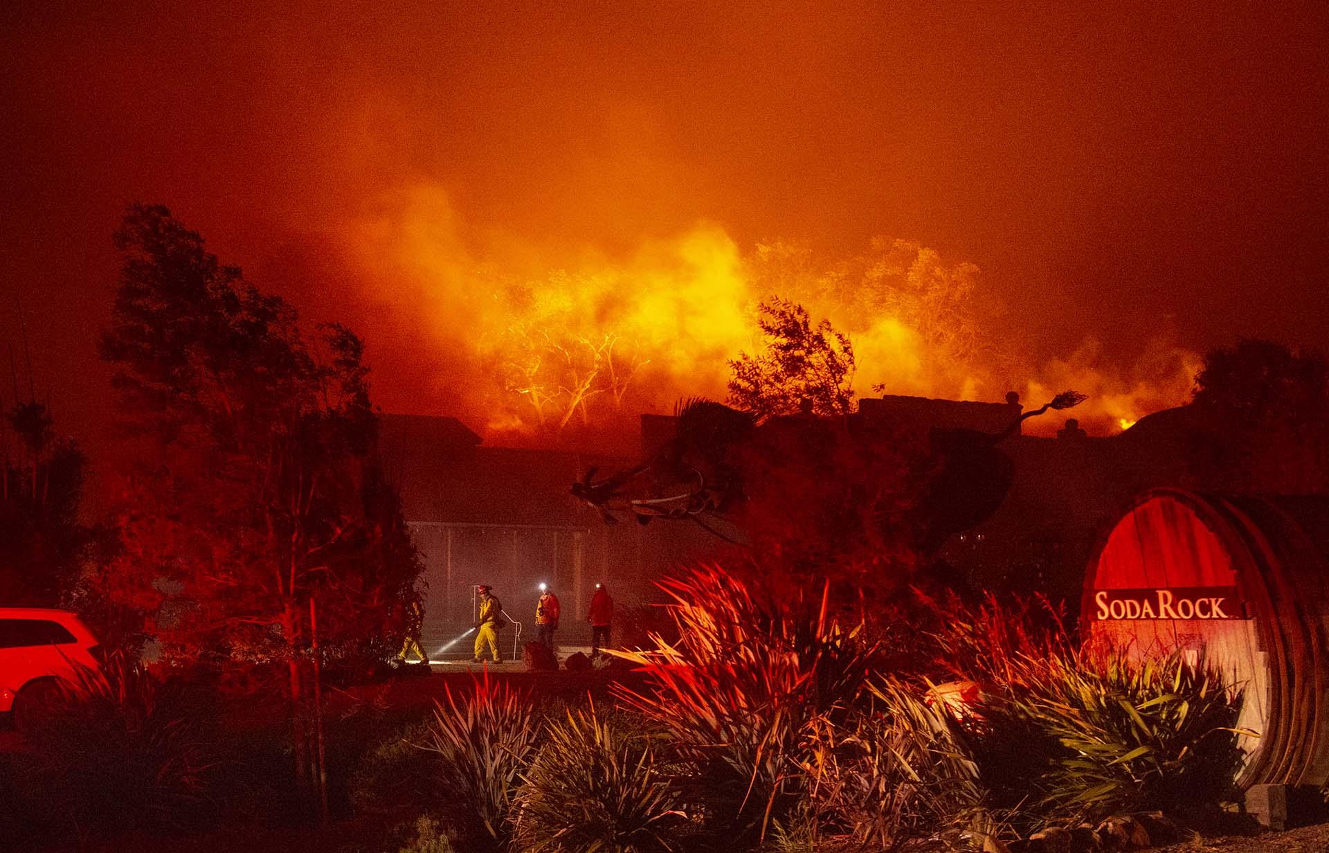 Los vientos poderosos estaban avivando incendios forestales en el norte de California, un
