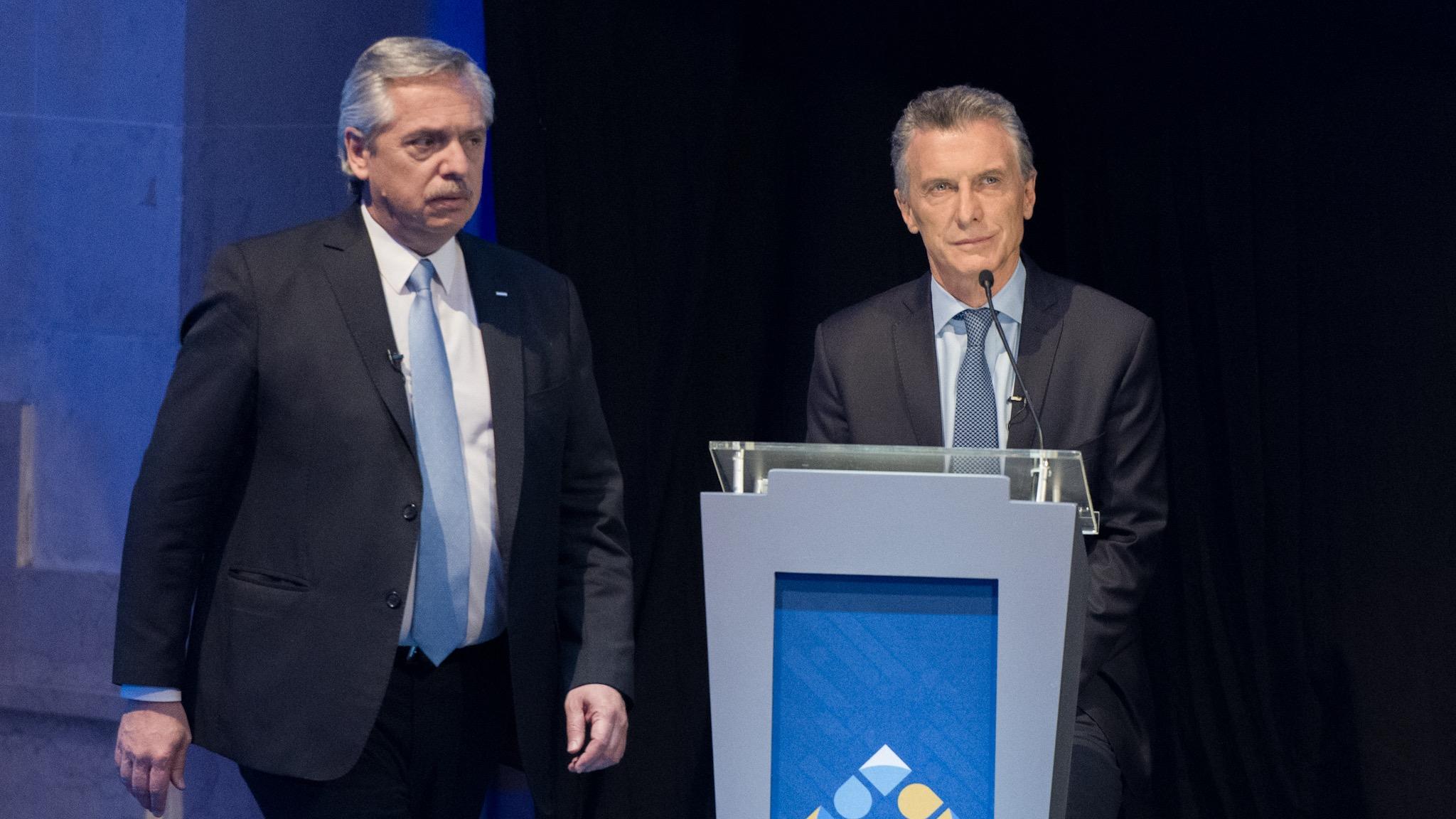 Alberto Fernández cruza por delante de Mauricio Macri en el inicio el debate