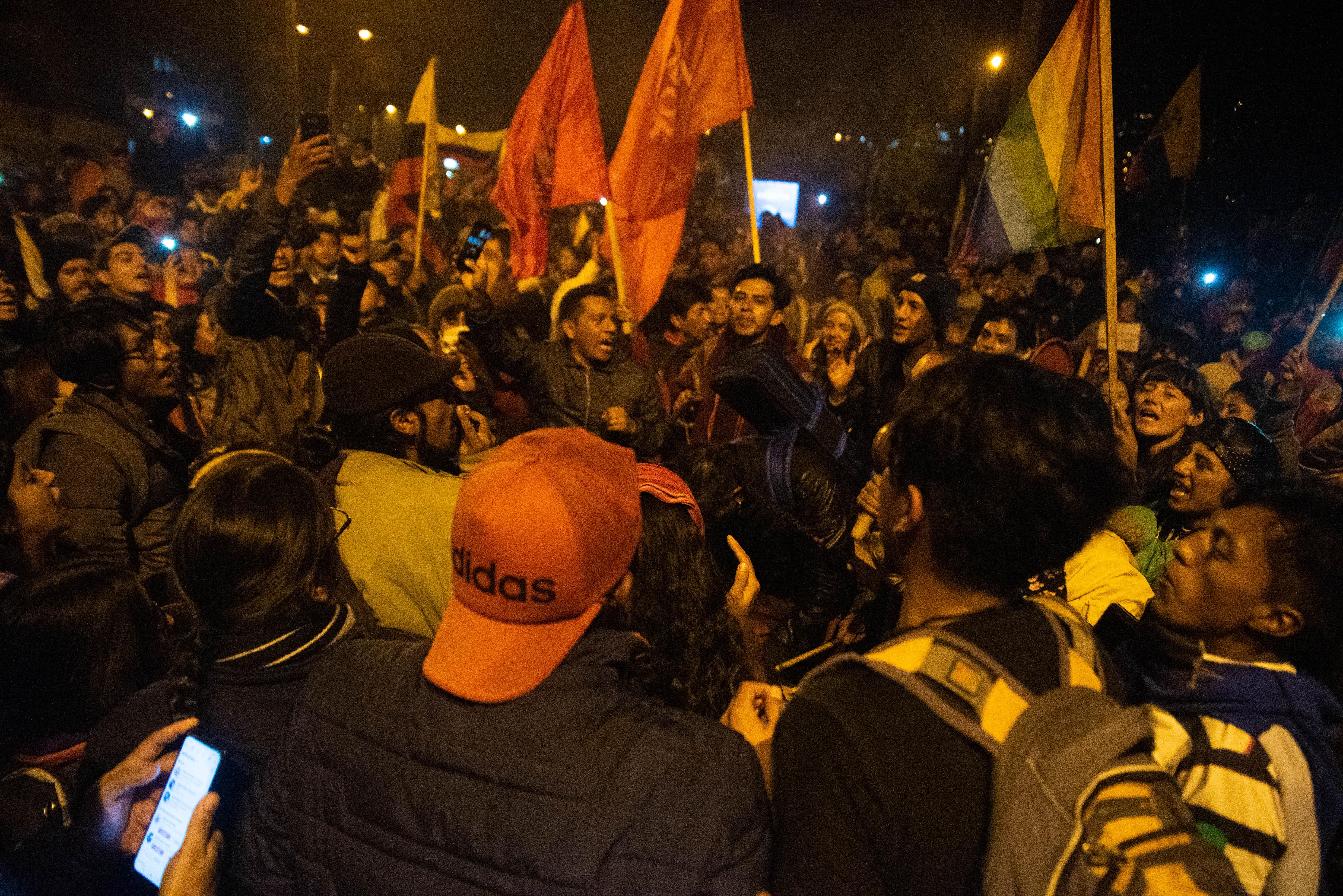 Miles de manifestantes festejaron anoche con banderas que apoyaban a todo tipo de movimientos sociales