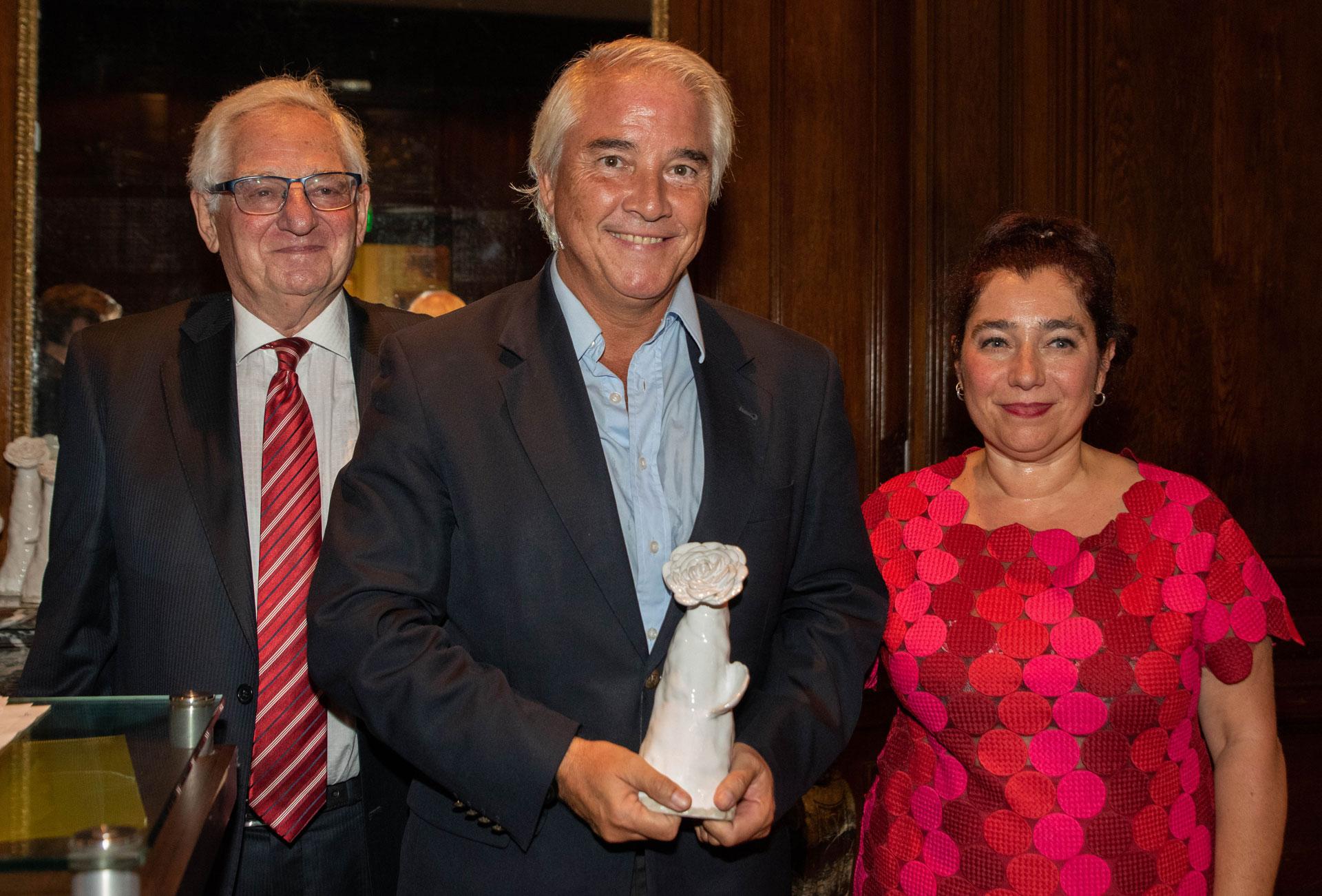 El director de Relaciones Institucionales de Infobae, Pablo Deluca, recibió la distinción en representación de la empresa. Verbo le entregó el premio ya que considera que