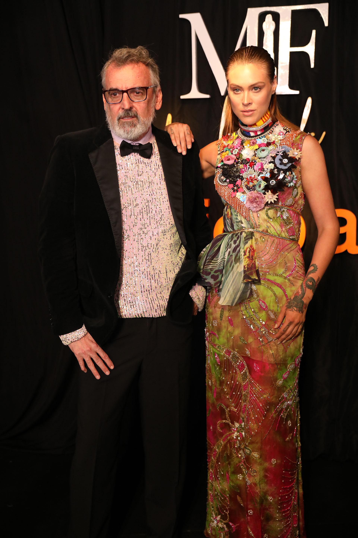 Benito Fernández junto a una de sus modelos y luciendo uno de sus diseños en la green carpet de los MArtín Fierro de la Moda 2019