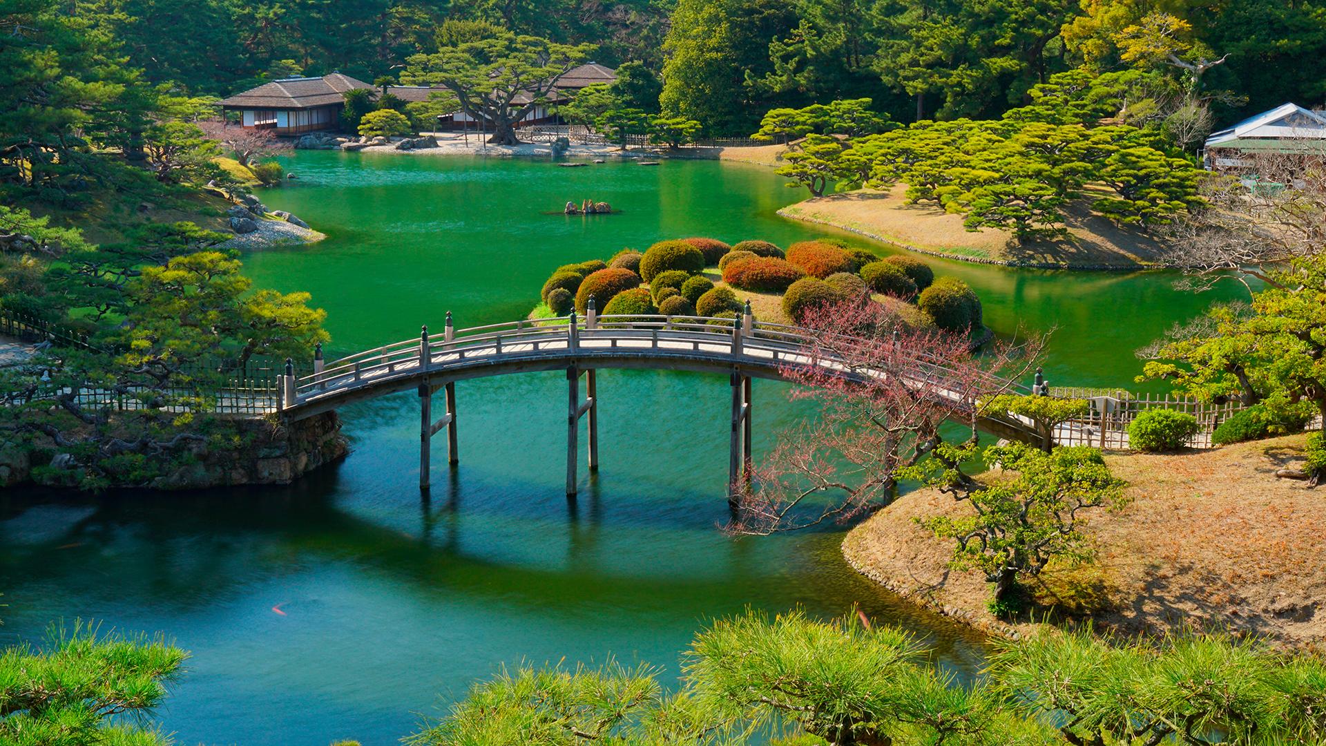 """""""Es el Japón urbano en su forma más agradable y sin pretensiones"""", aseguran expertos de viaje de la guía Lonely Planet. Es una ciudad portuaria de Japón, en la costa del mar Interior. Capital de la prefectura de Kagawa, en la isla de Shikoku. Takamatsu es famosa por el parque de Ritsurin, un parque del período Edo, considerado como uno de las tres grandes obras maestras de la jardinería japonesa"""