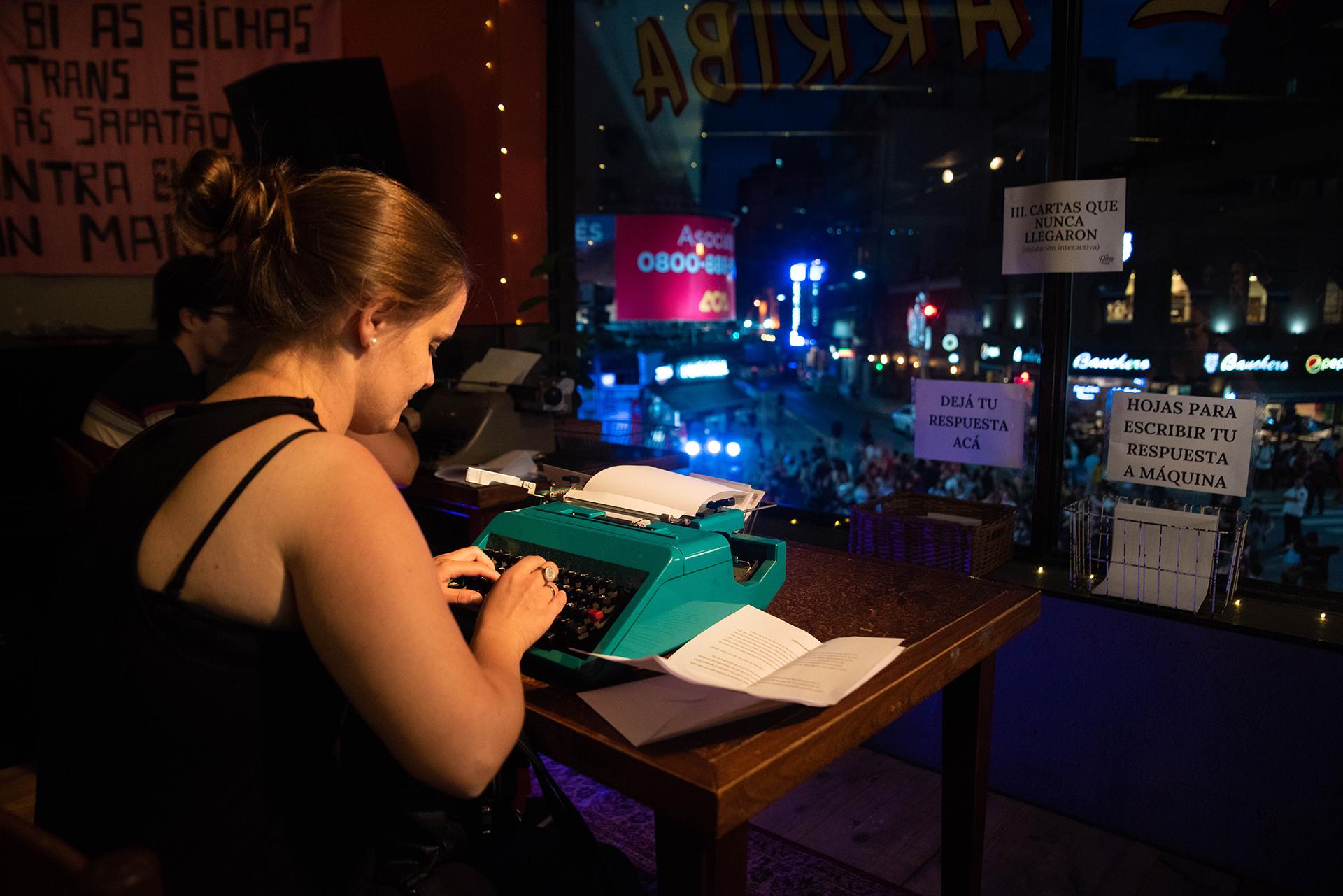 Una de las ofertas culturales de la noche: la gente podía sentarse a redactar en una vieja máquina de escribir.