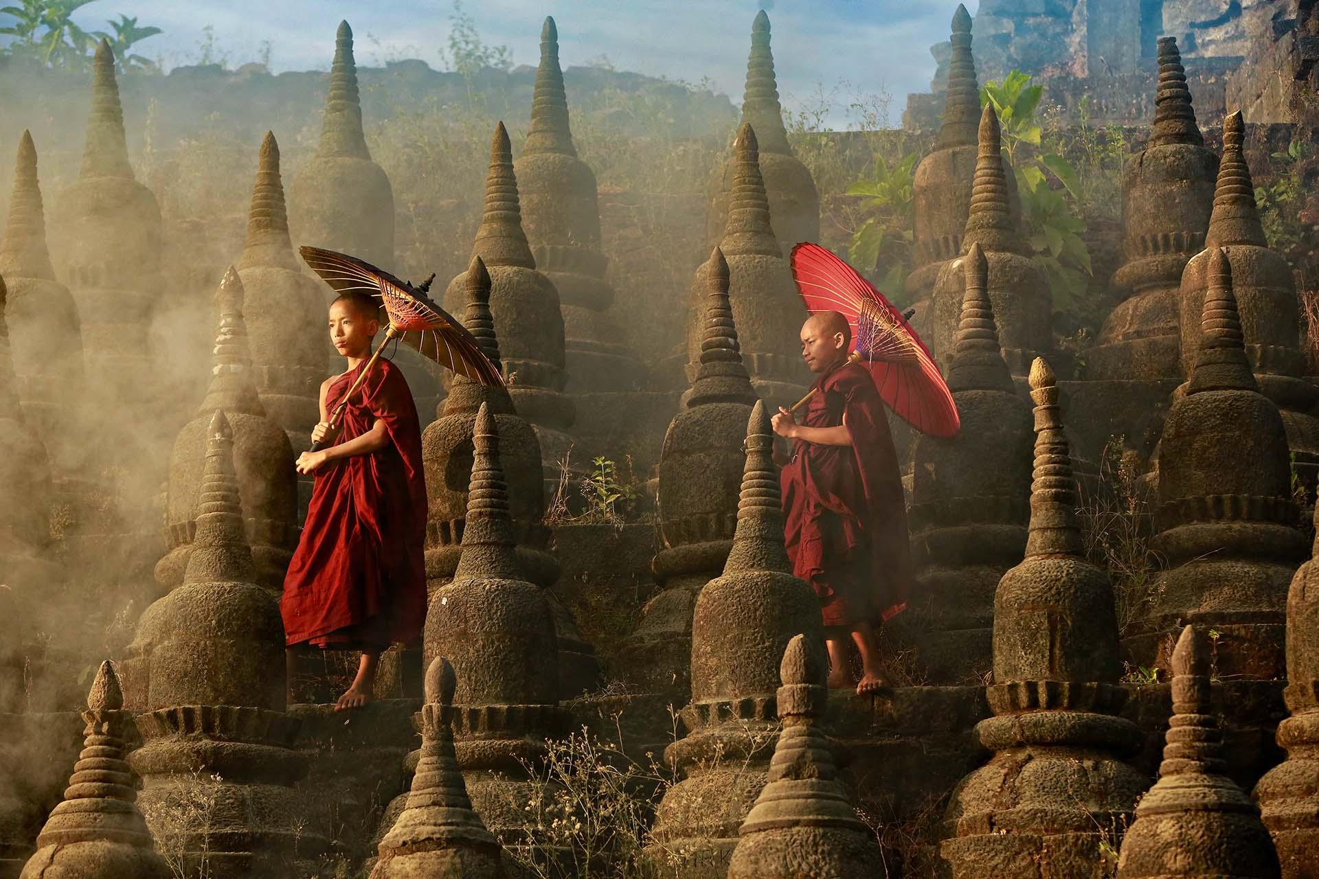 Es una nueva era para esta tierra extraordinaria y compleja, donde el paisaje está disperso con pagodas doradas y las formas tradicionales de Asia perduran