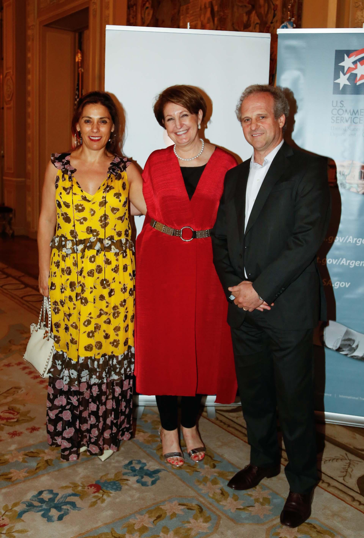Lucila Crexell, senadora nacional por Neuquén, junto a MaryKay Carlson y Roberto Alexander