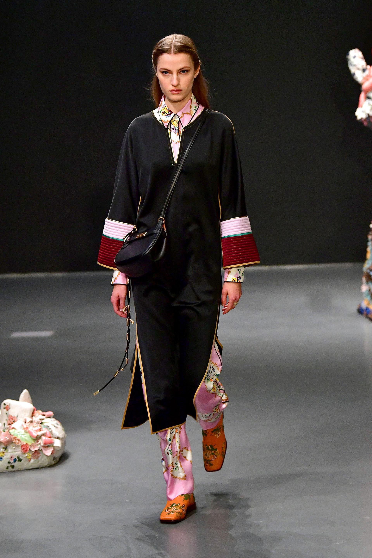 Bandolera y la túnica, un clásico que nunca falta en una pasarela de la diseñadora Tory Burch en la semana de la moda neoyorquina